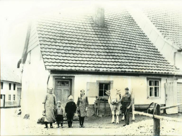 84-Familie Hirzle vor ihrem Haus im Winkel