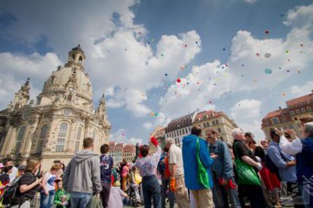 Parade der Vielfalt 2013 vor der Frauenkirche Dresden, Menschen und bunte Luftballons.