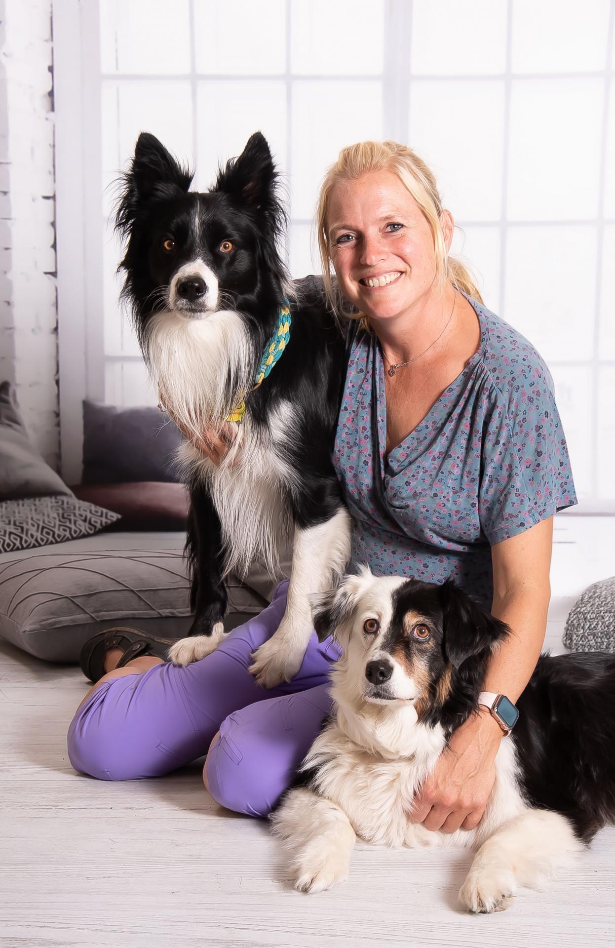 Anissa Brecht mit Schulhunden Neo und Mila