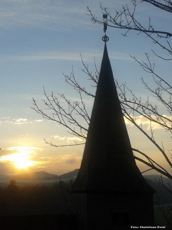 Blick vom Zick-Zack-Weg von der Burg zur Kirche