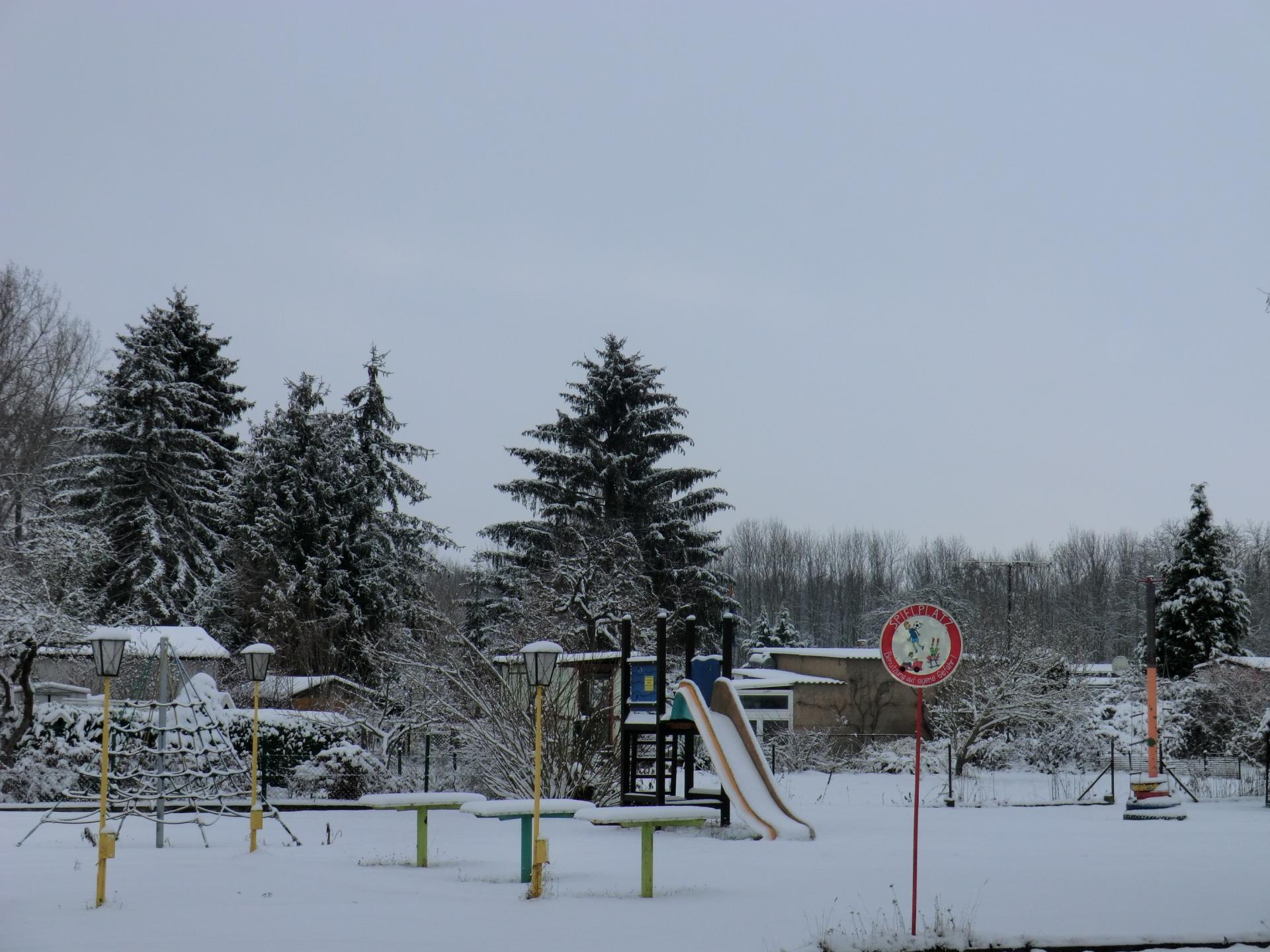 Winterlicher Spielplatz der Gartenanlage