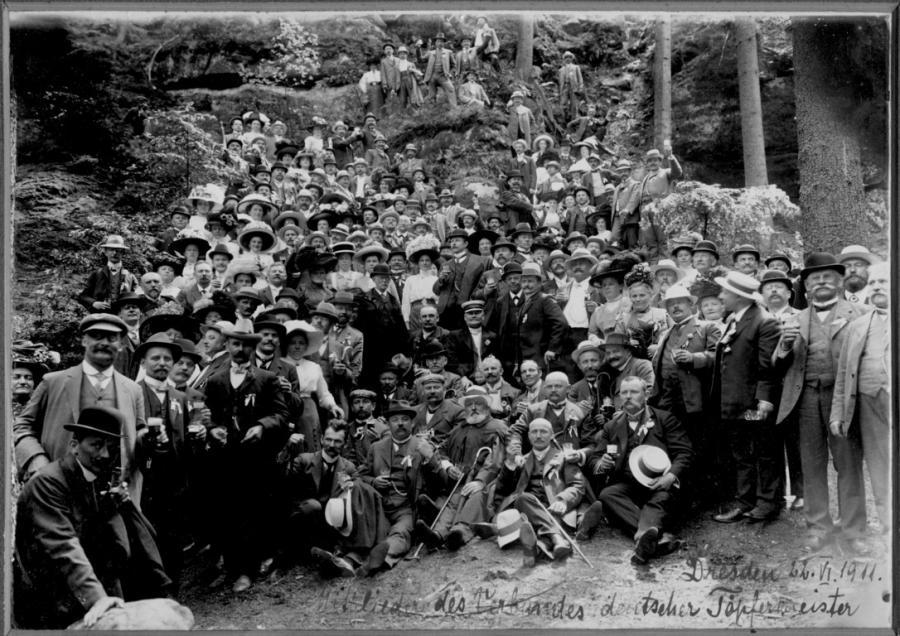 Am 22. Juni 1911 nahm Robert Schulz an einem Treffen des Verbandes deutscher Töpfermeister in Dresden teil