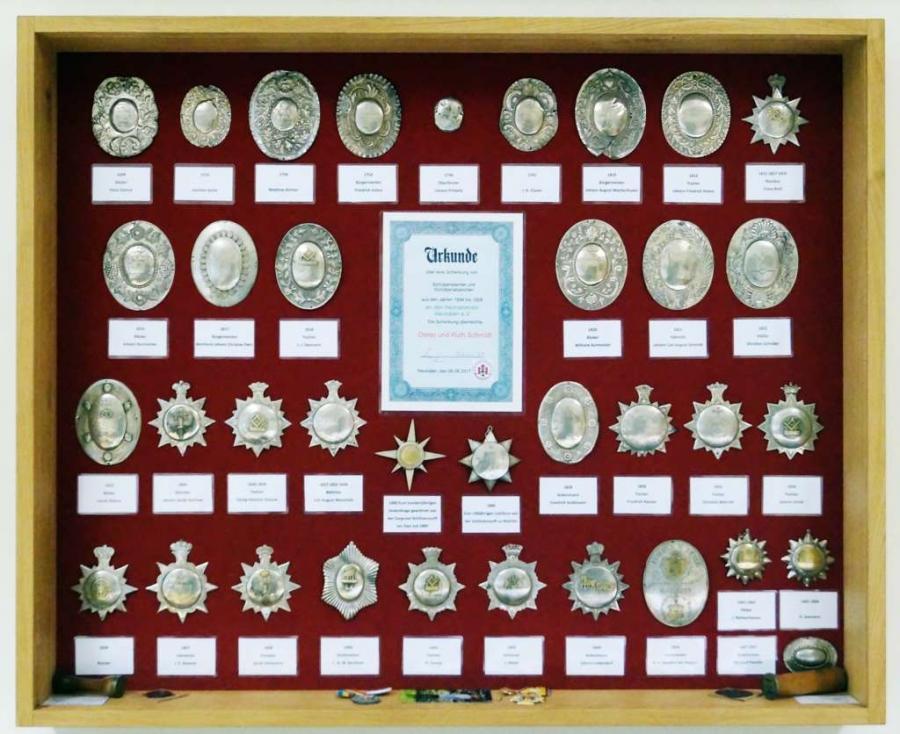 Die Orden werden jetzt in einem Schaukasten in der Heimatstube aufbewahrt.