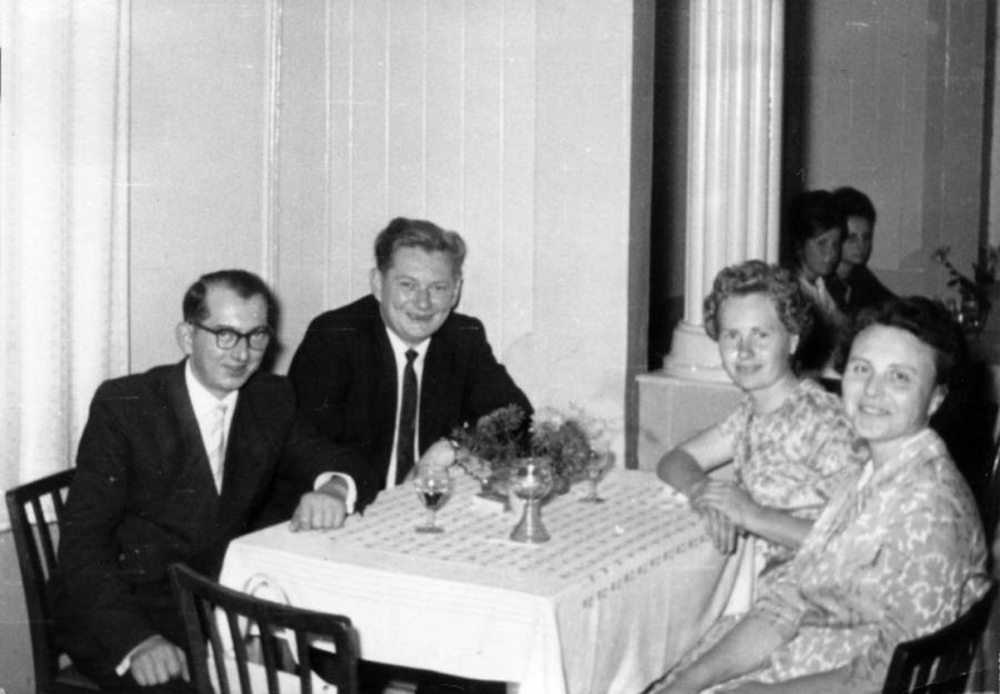 """Betriebsfest der PGH """"Neue Zeit"""", von links: Heinz Neumann, Willi Leverenz, Frau Leverenz und Frau Neumann"""