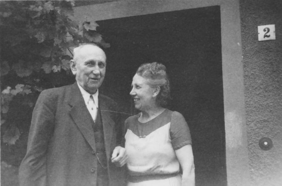 Töpfermeister Robert Schulz mit seiner Tochter Elfriede Fröber, geb. Schulz