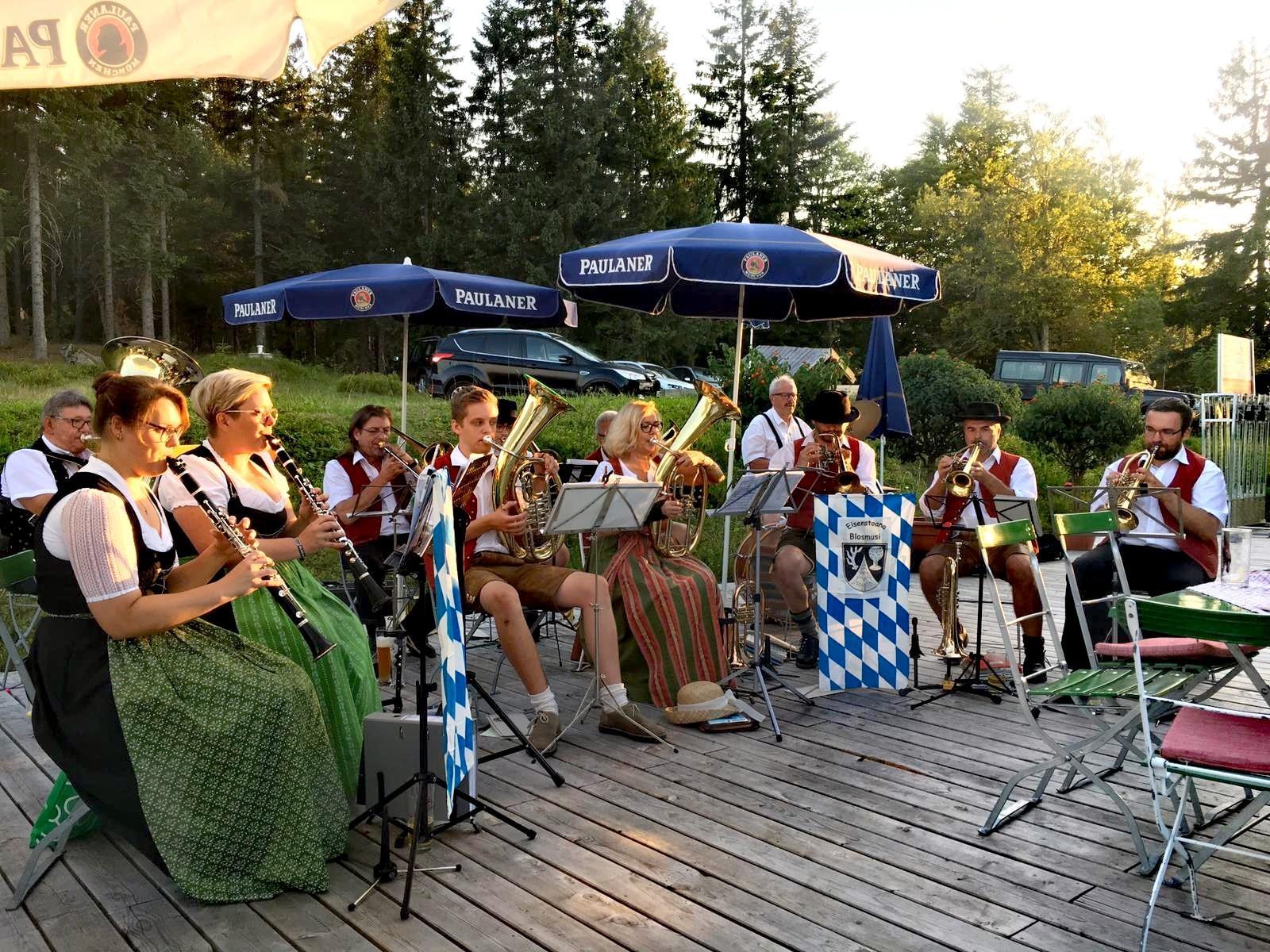 Die Eisensteiner Blosmusi beim Sommerkonzert am Berghaus Sonnenfels