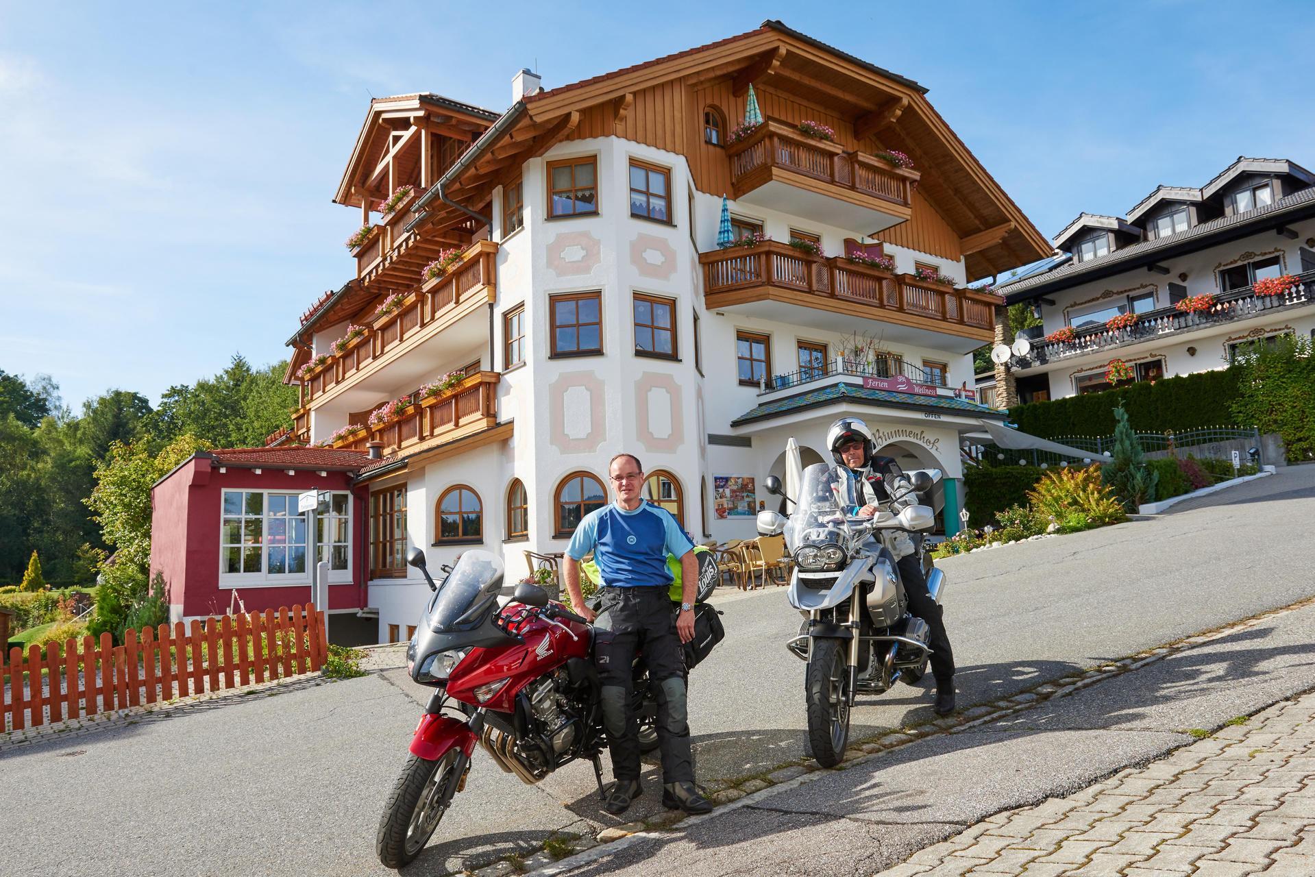 Motorradfahrer in Bayerisch Eisenstein vor der Pension Sonneneck