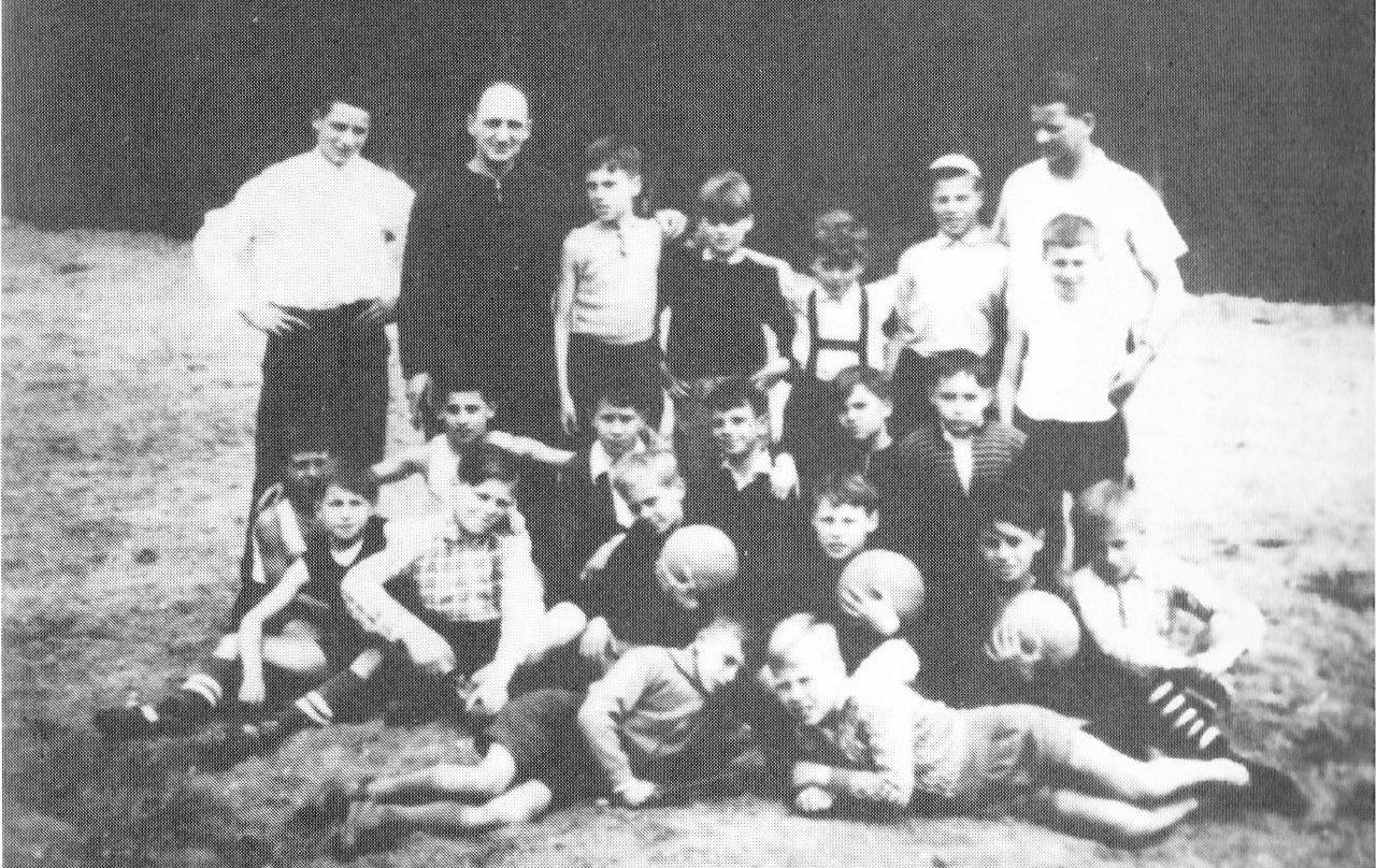 Das 1. Jugendzeltlager 1960 am Hariksee. Rechts Lagerleiter Scherrers, zweiter von links Josef Flutgraf als Betreuer.