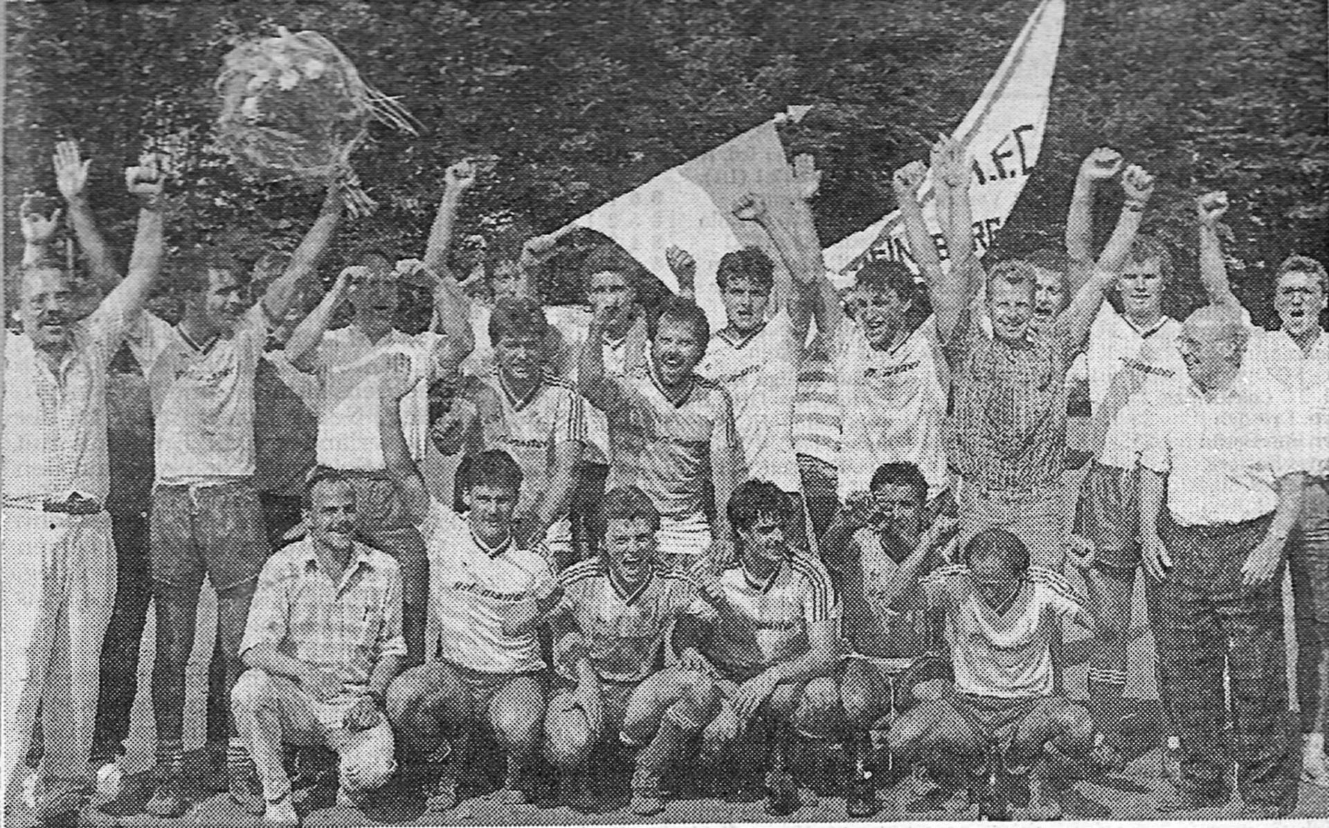 Die Aufstiegsmannschaft nach dem letzten Spiel in Aphoven mit Vorstand und Anhängern