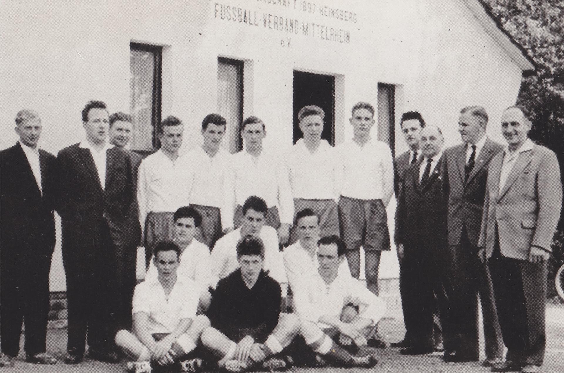 Vorstand von Alemannia Heinsberg und die erste Mannschaft im Jahr 1959