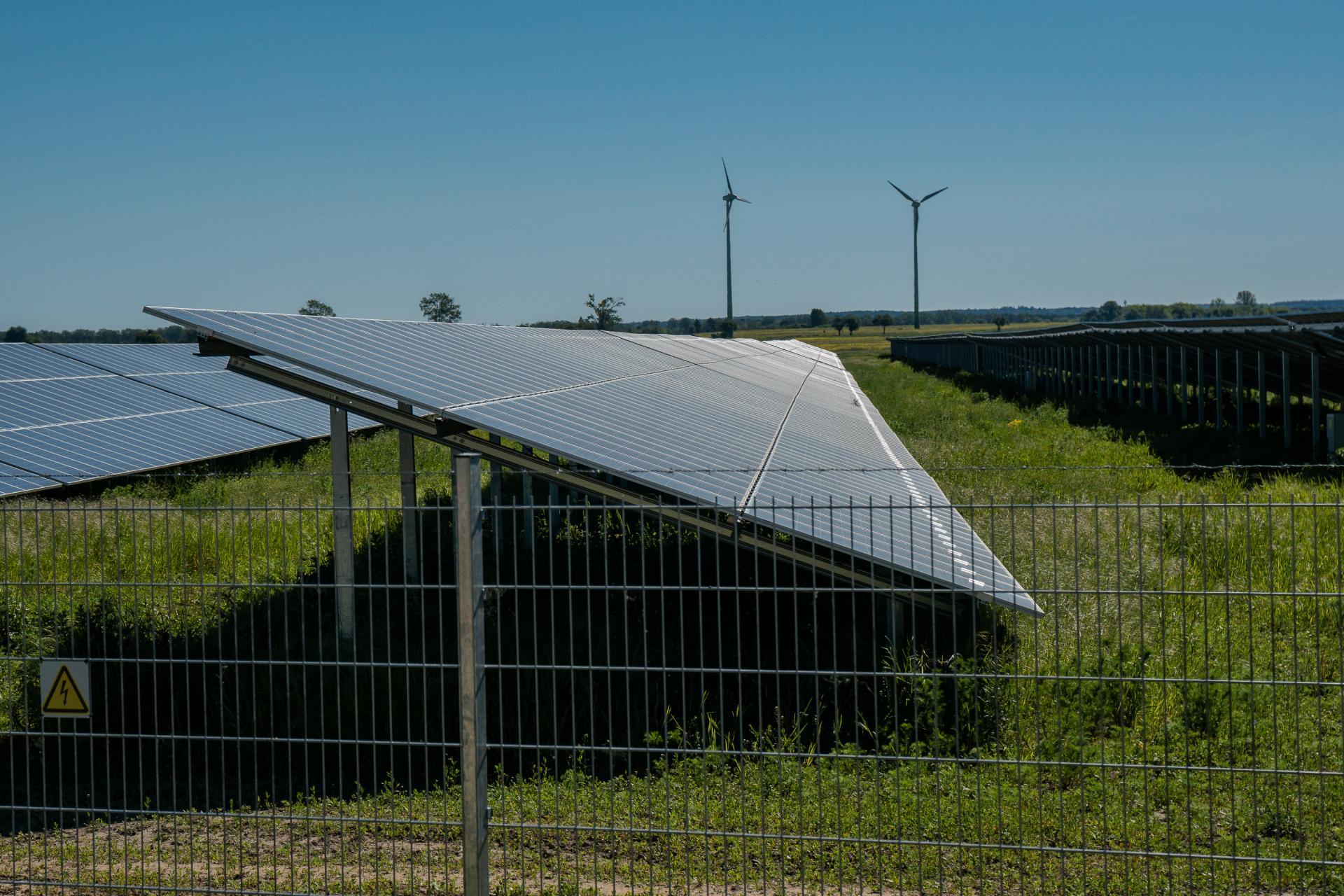 Windkrafträder und Solarfeld bei Willmersdorf