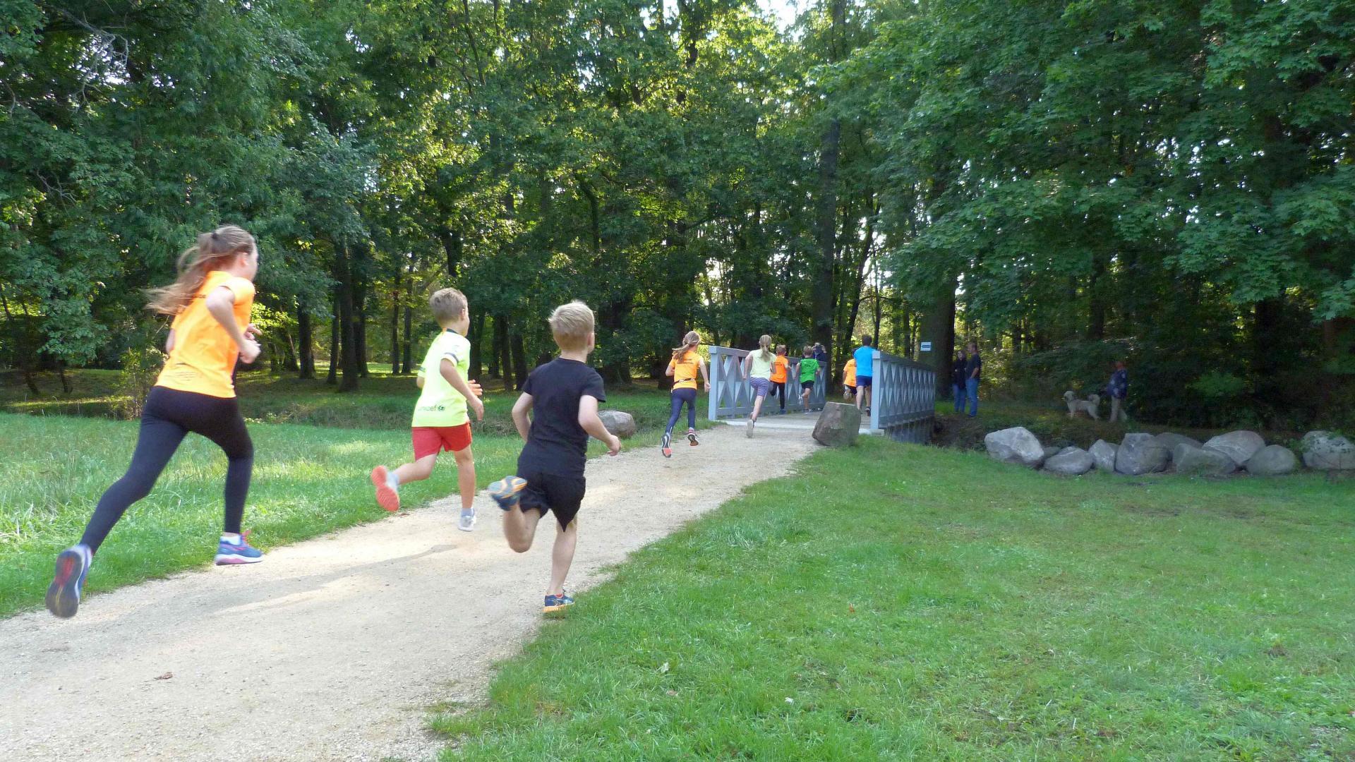 Kinder rennen über neue Brücke