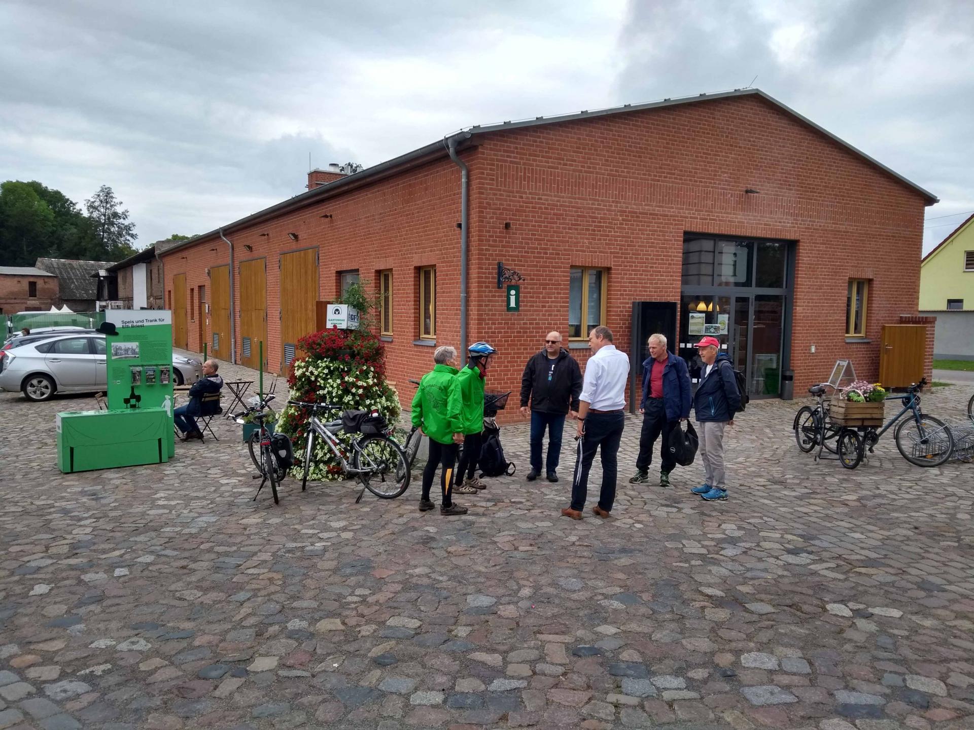 Radler*innen vor der Infostelle in Altlandsberg