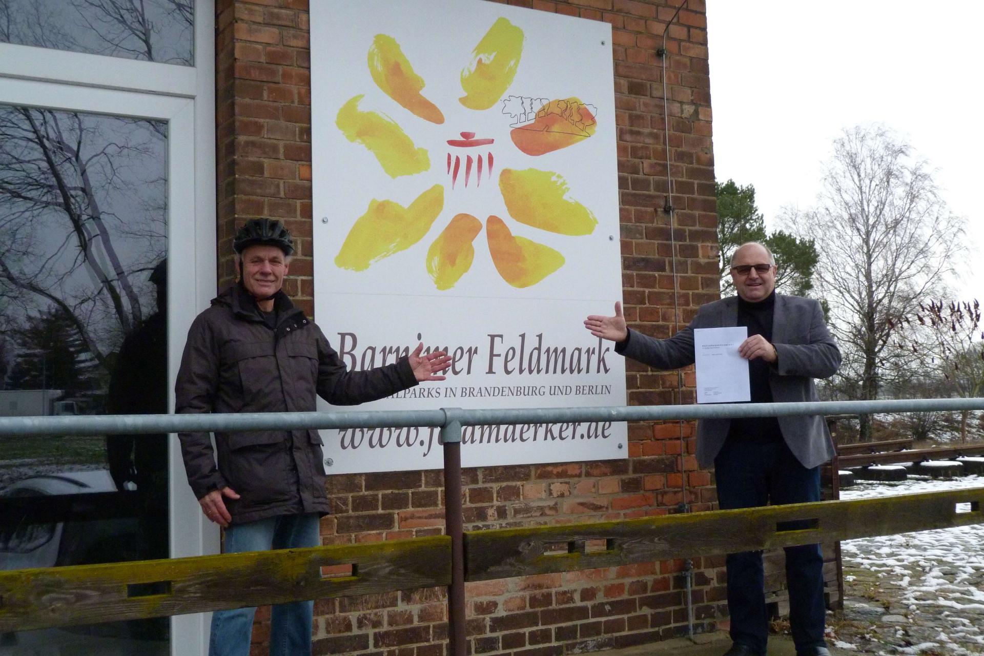 Manfred Geske und Torsten Jeran vor dem Regionalparkbüro