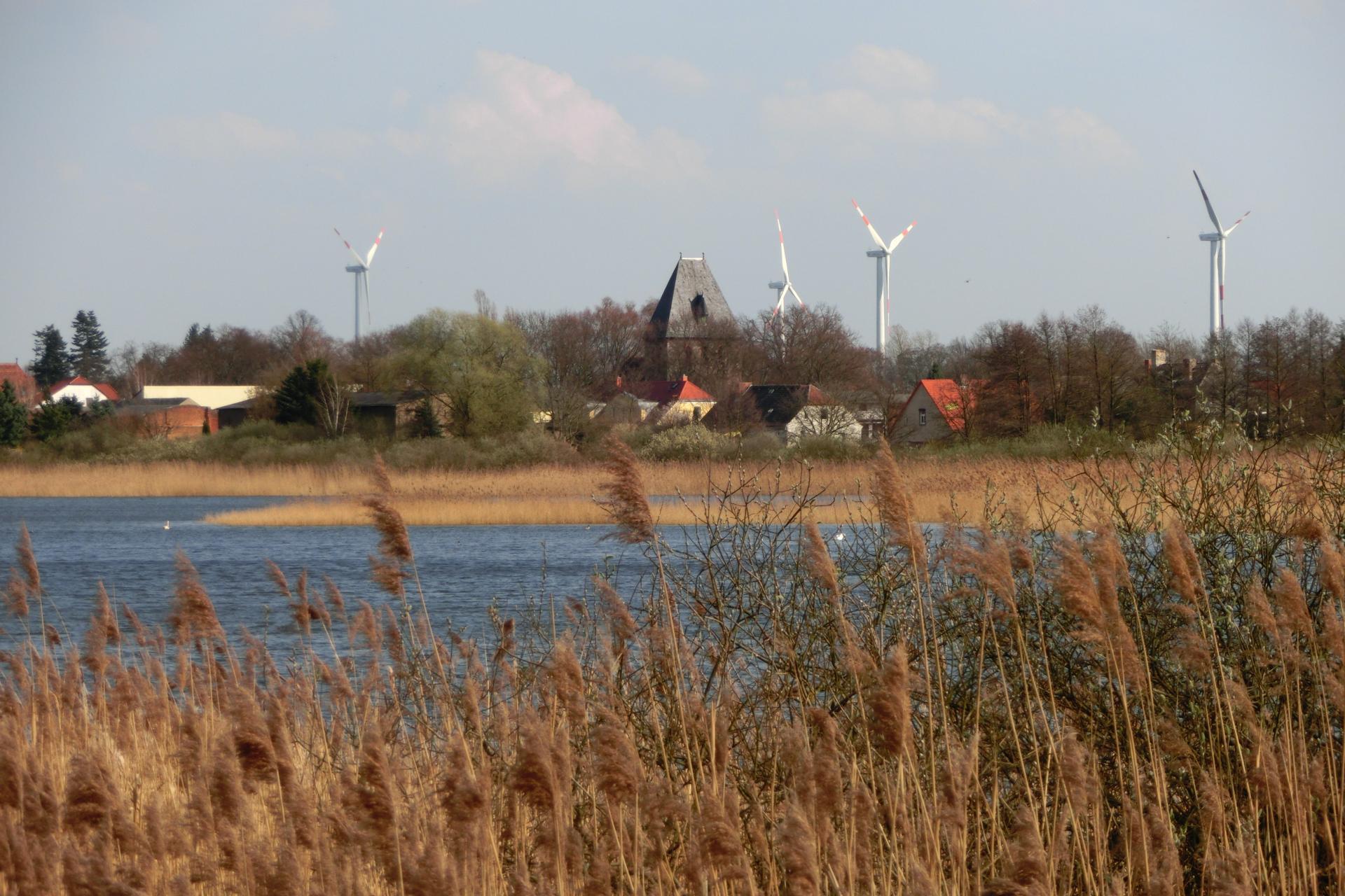 Löhmer Haussee mit Seefeld im Hintergrund
