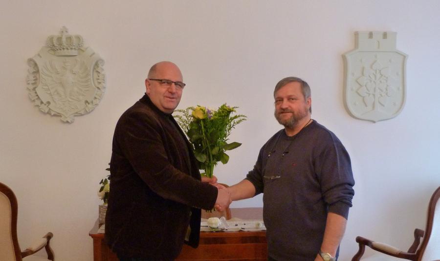 Torsten Jeran, Vorsitzender des Regionalparkvereins, verabschiedet Burkhardt Horn, den scheidenden Bürgermeister der Stadt Werneuchen und Sprecher des Fachbeirates der Bürgermeister