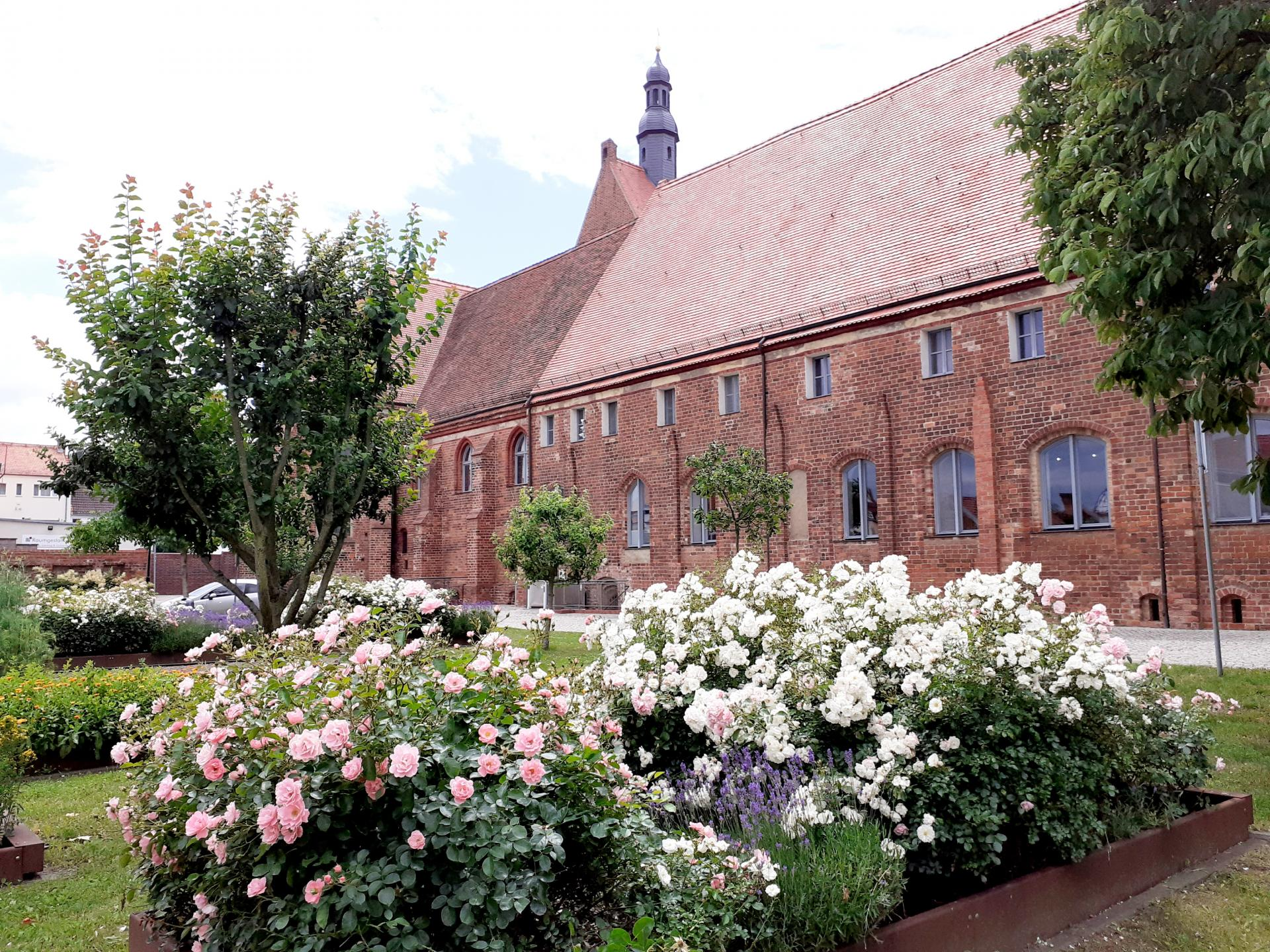 Klostergarten und Klosterkirche