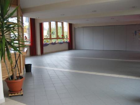 7. Neue aula mit Kiosk und Trennwnad.jpg