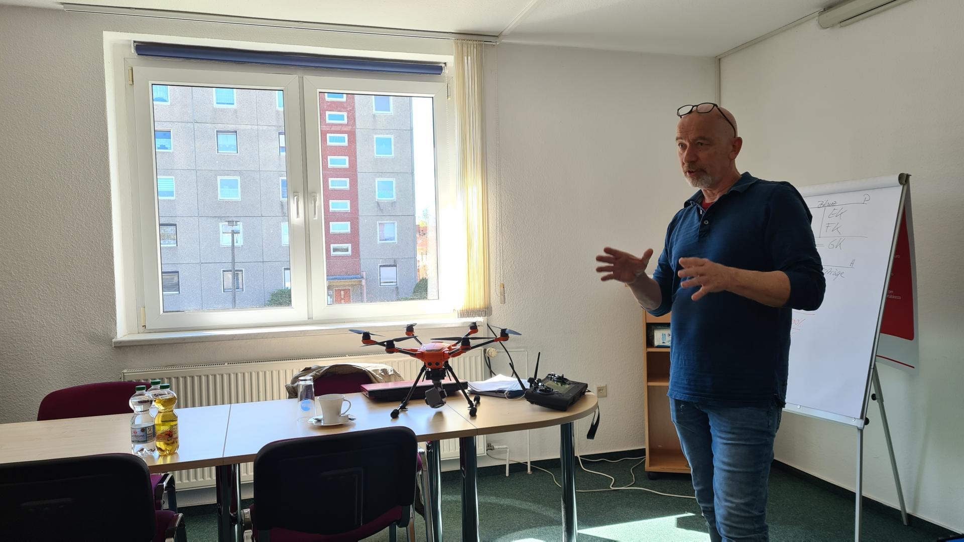 """Drohnenpilot Markus Künstle stellt das Projekt """"Fliegende Wildretter"""" vor"""