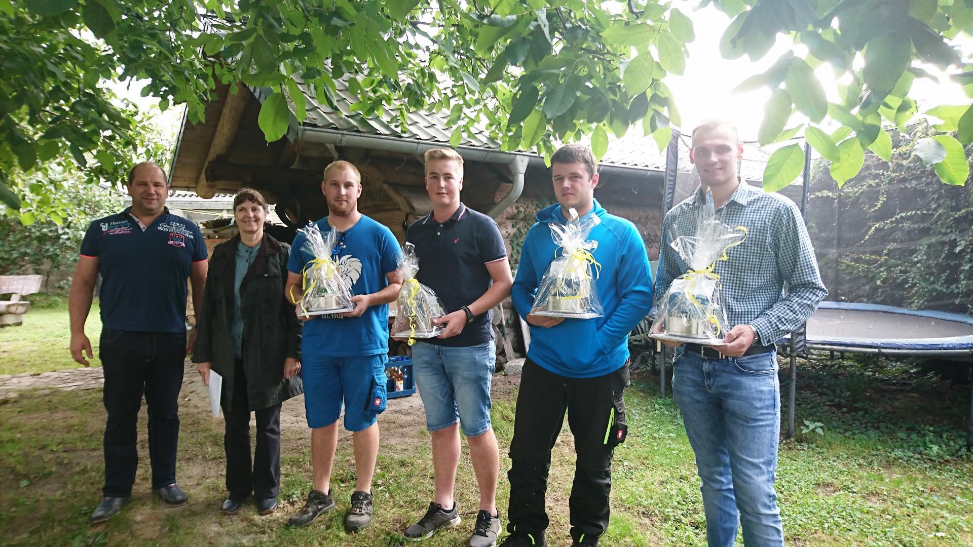 Gratulation zu bestandenen Abschlussprüfung für vier frischgebackenen Junglandwirte