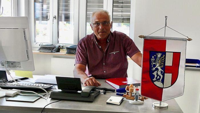 Josef Ederer an seinem Schreibtisch im Rathaus. Foto: Enslein