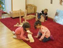 Kinder beim bauen