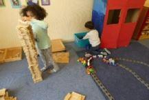 Kind beim bauen eines Holzturms