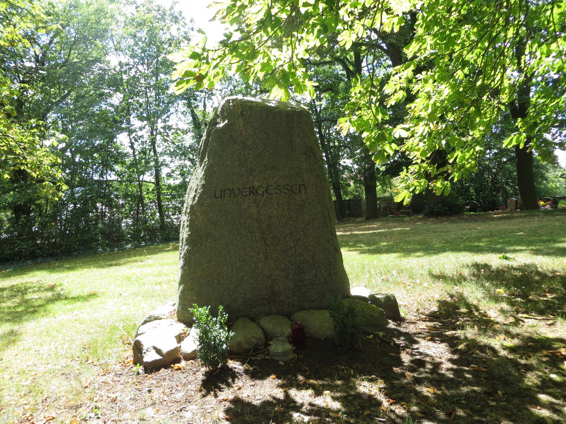 """Der Gedenkstein """"Unvergessen""""  Foto: Info Punkt Lebus"""