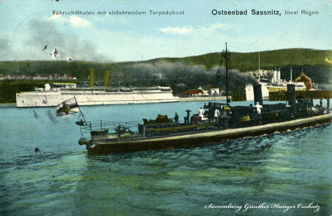 Ostseebad Sassnitz Fährhafen mit einfahrenden Torpedoboot