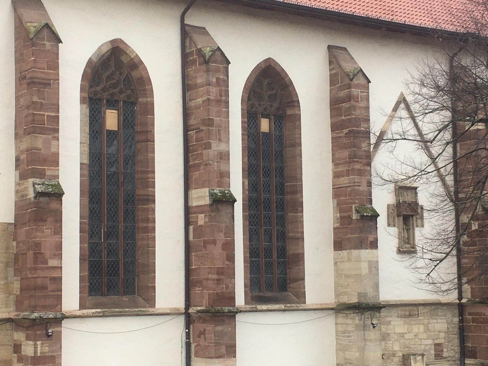 Das Foto zeigt an der Südseite die Lage der Fensterflügel vor deren Einbau