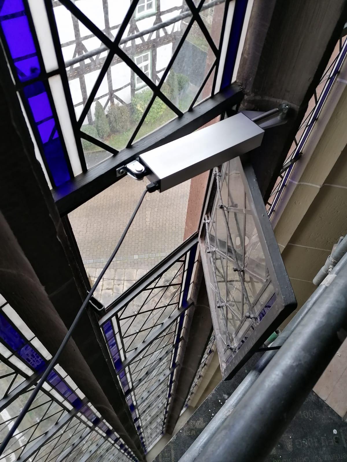 Fensterflügel im Chorraum mit Blick nach unten auf unser Haus Kirchplatz 7 (Kreisjugenddienst -  Jan Mönnich)