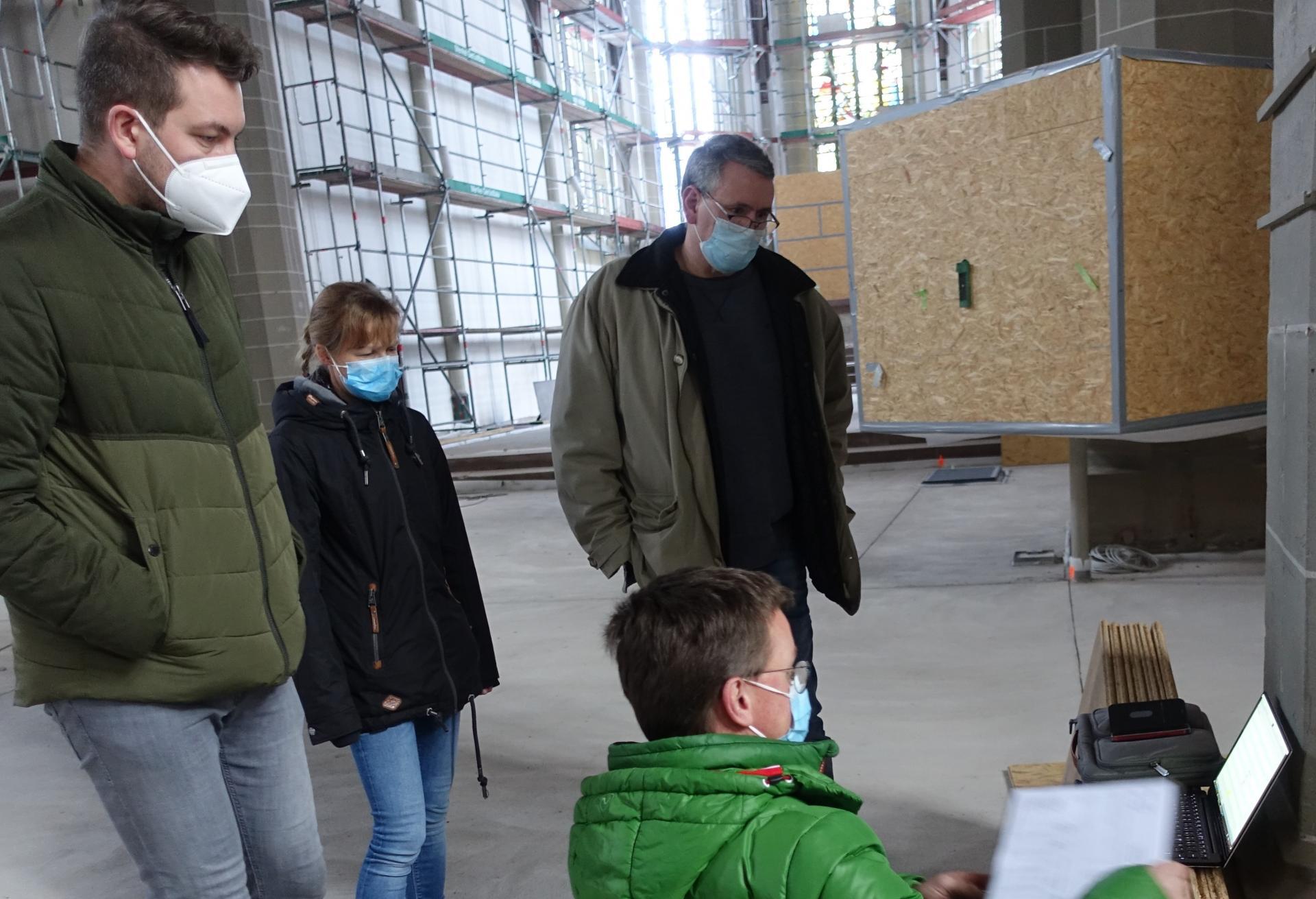 Michael Täubert erklärt uns (Benjamin Dippel, Meike Davids, Sönke Ehrhardt (Küster bei uns ab 01.05.2021)) die Möglichkeiten der Heizungsnutzung.