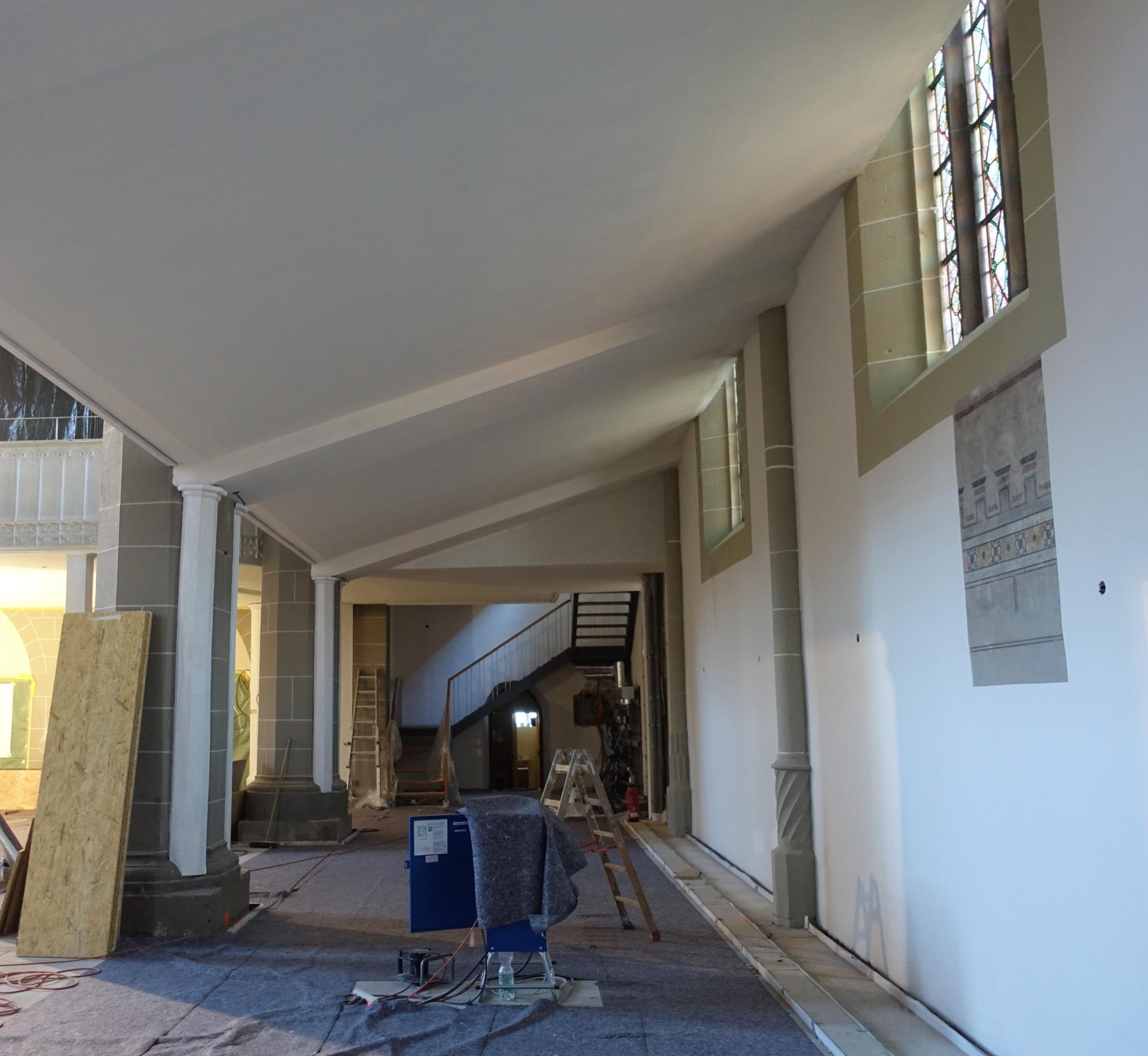Unter der Seitenempore, mit Blick auch auf die Fenstergewände