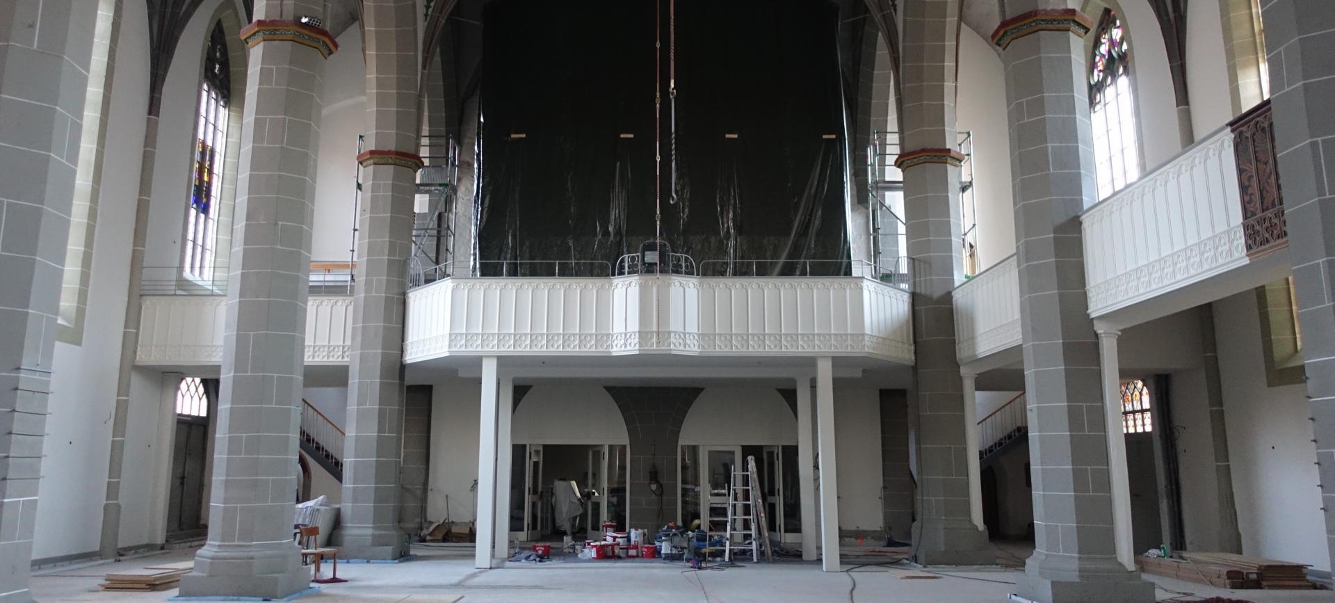 Irgendwie ist auch die Orgelemporenbrüstung strahlender- hoffen wir auf baldige Intonationen