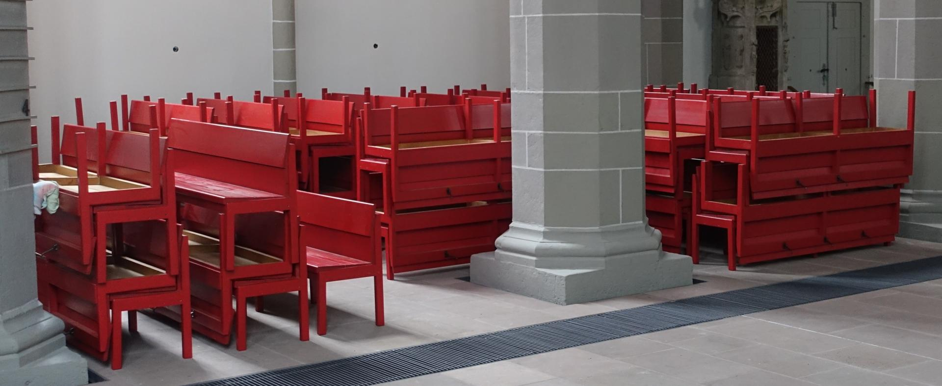 Die roten Bänke warten in der Nicolai-Kapelle auf baldigen Gebrauch