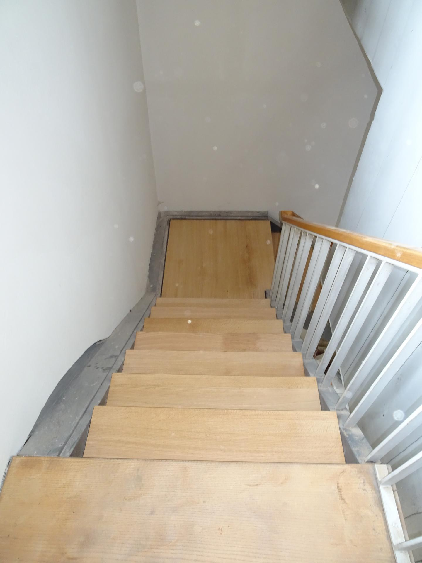 Die aufsteigenden Treppenstufen sind die alten, auch wenn sie abgeschliffen wie neu aussehen.