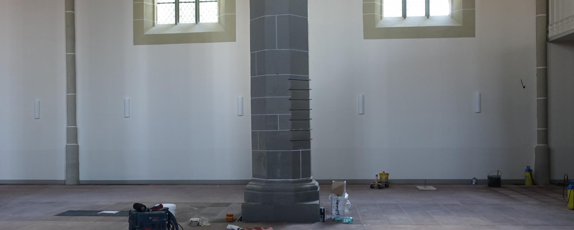 """An der Südseite der Kirche fallen die Leuchten im """"off-Zustand"""" kaum auf, sind länglich und unterstreichen so den gotischen Hallenraum"""