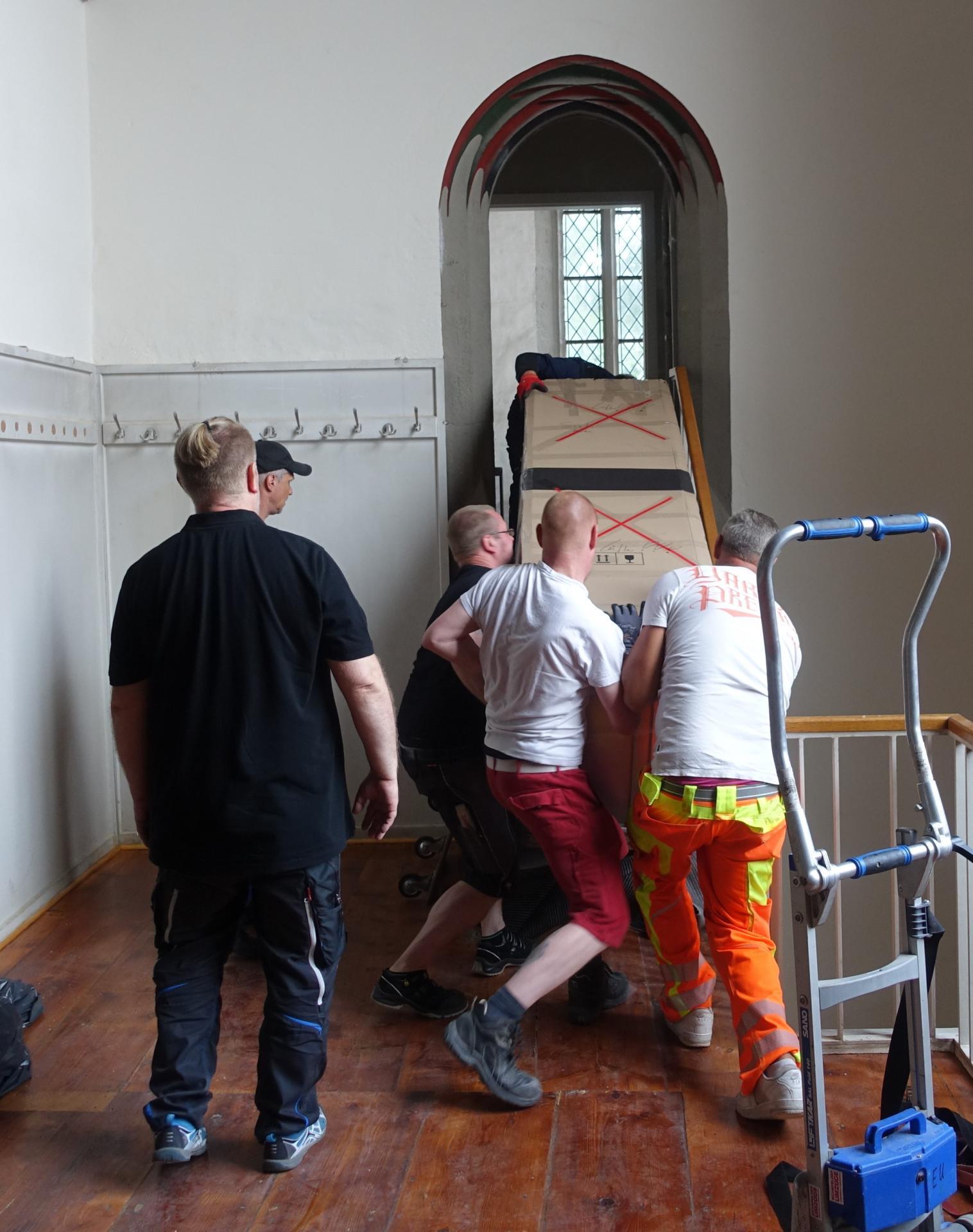Die letzte Strecke der Schaltanlage in das neue Domizil in der Vorbälgekammer