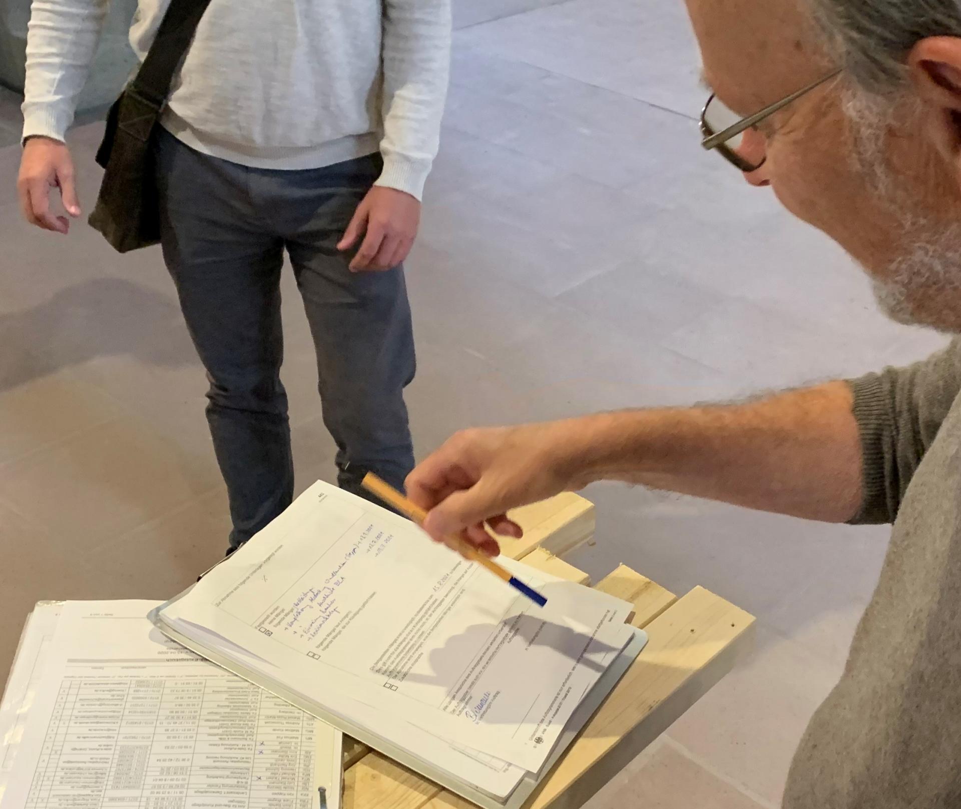Christian Steigertahl unterschreibt in Anwesenheit von M.Täubert, unseren Ingenieur aus Chemnitz, die Abnahmeerklärung der Elektrik