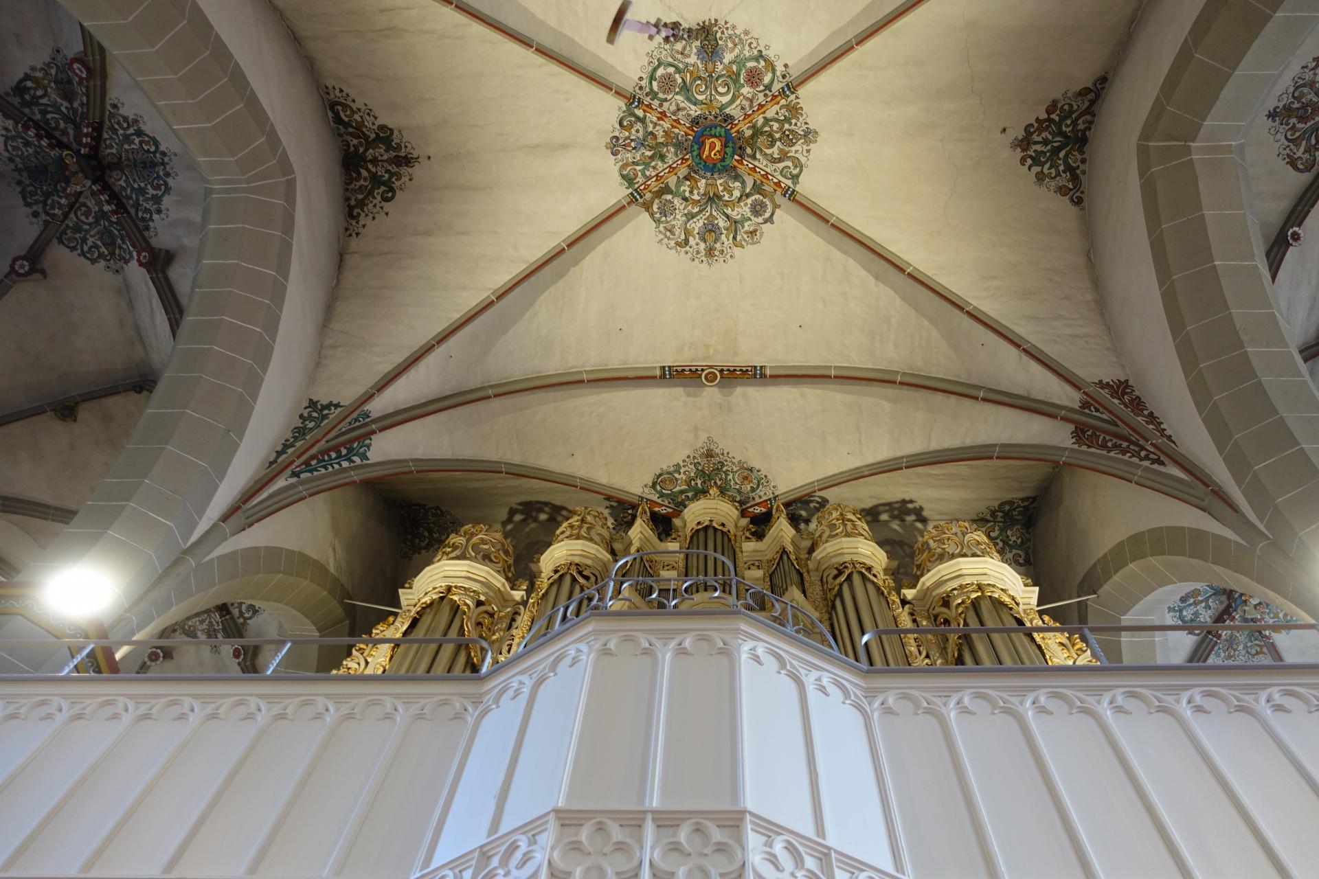Blick nach oben zur Orgel und zur Decke - die Beleuchtung für die Orgelempore ist bewusst noch nicht erfolgt- evtl. im Rahmen der Orgelrestaurierung.