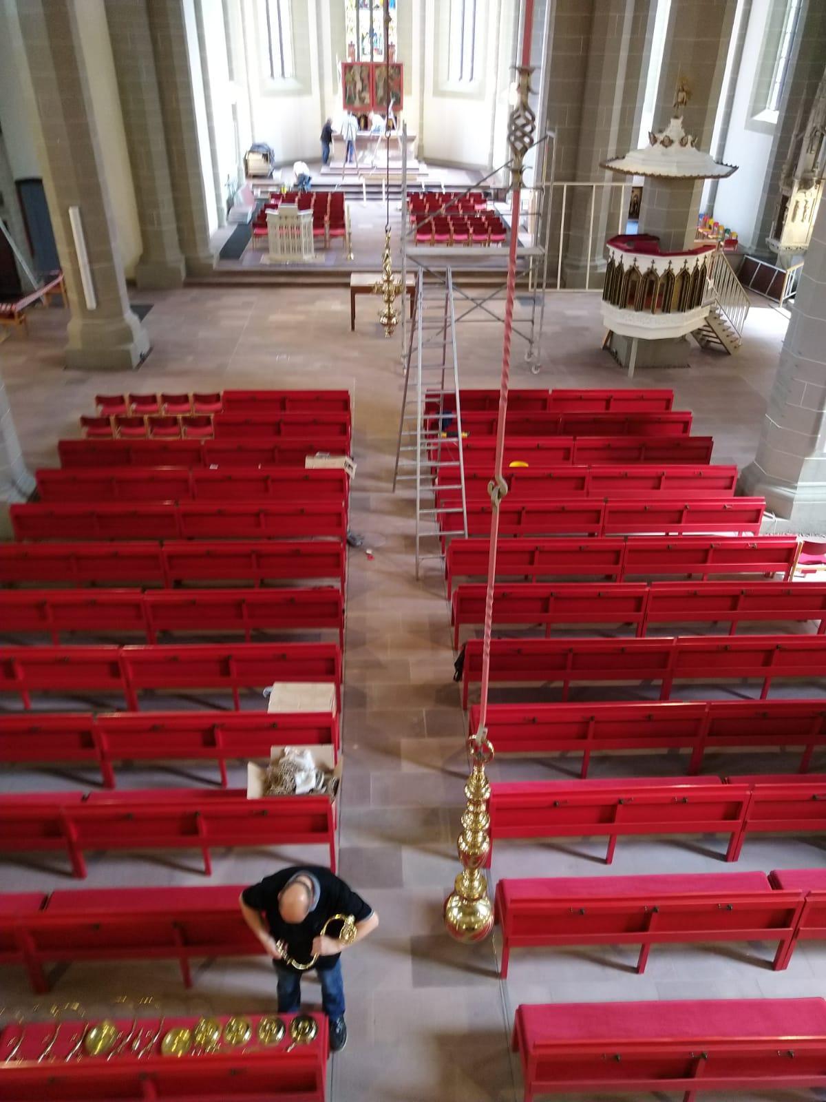 Die Kronleuchter sind inzwischen schon wieder zum Einsatz gekommen- zuletzt beim feierlichen Einzug in die Kirche am 05.09.2021