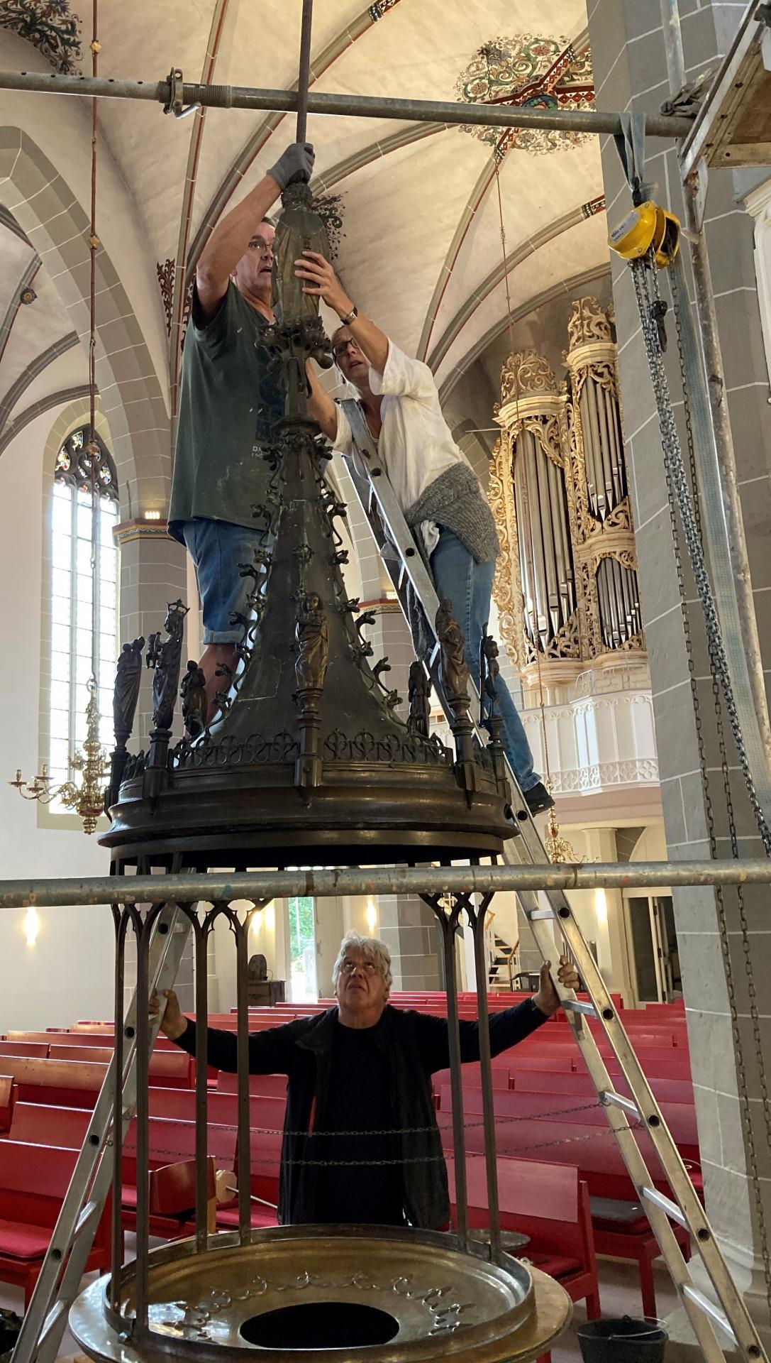 Die Taufe wartete 18 Monate im Turmraum- nun steht sie wieder etwas nach Süden versetzt mit Hilfe von Gerüst und Kettenzug