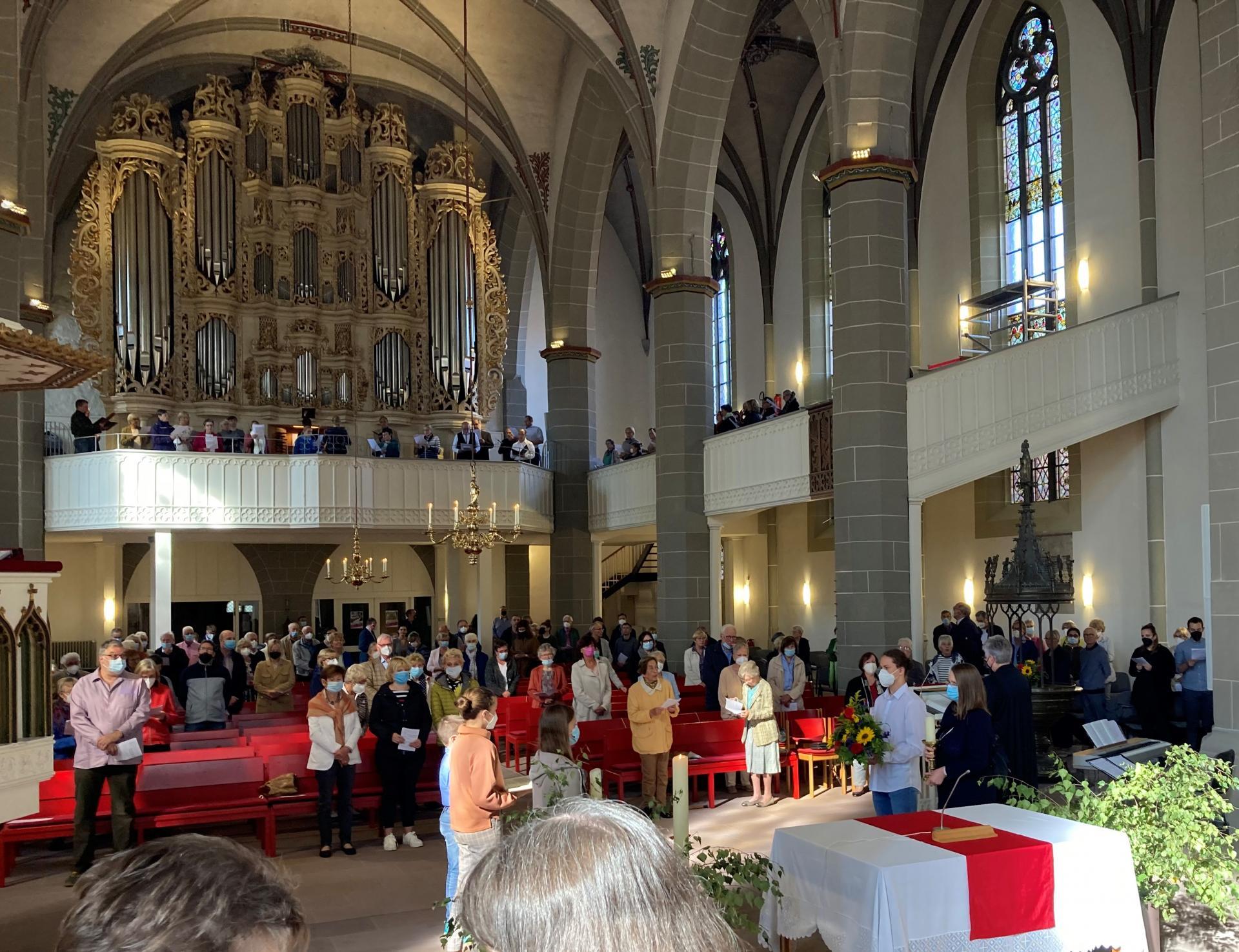 Die Kantorei singt, die Gemeinde steht, der Tischaltar ist noch nicht gedeckt- welch ein erhabener Moment