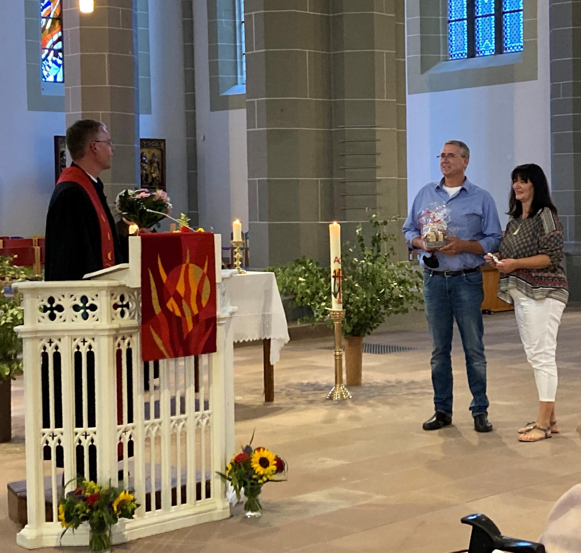 Am gleichen Abend wurde Sönke Ehrhardt, hier an der Seite seiner Frau, von Pastor Stefan Leonhardt in sein Amt eingeführt