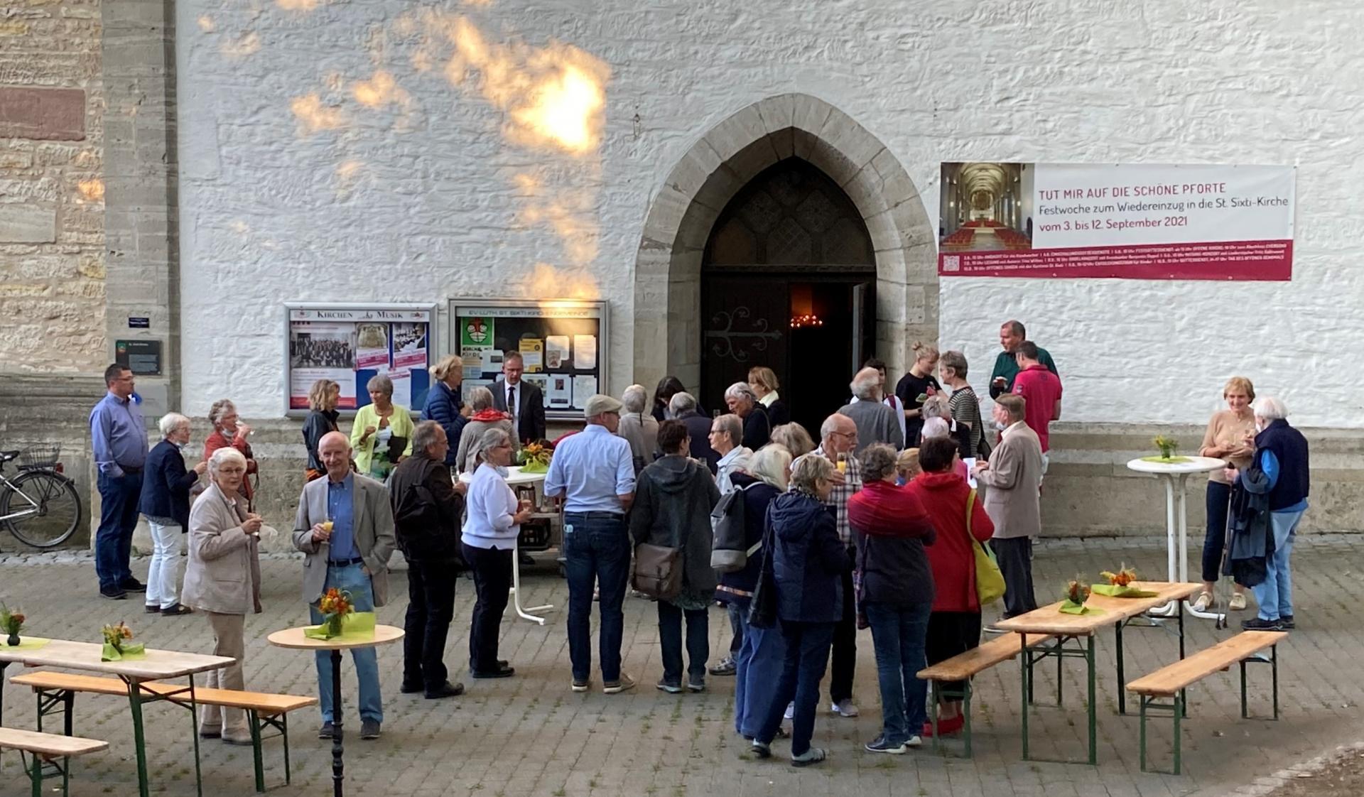 Am Abend des großen Tages mit zwei Gottesdiensten small talk auf dem beliebten Kirchvorplatz