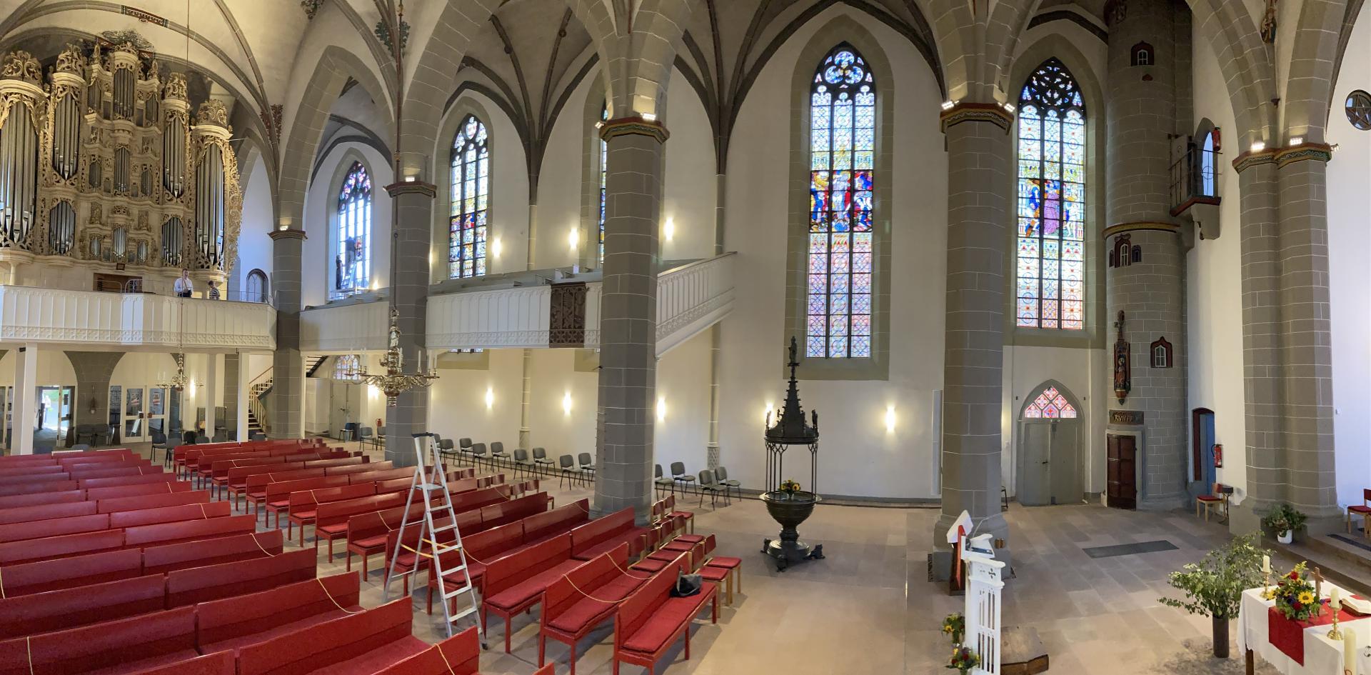 Letzte Aufhängungen am 08.09.2021- auf der Orgelempore Lutz Baumann, Chef des Ingenieurbüros in Chemnitz, und hinten links Nicole Sterzing mit Kim Kappes auf dem Gerüst