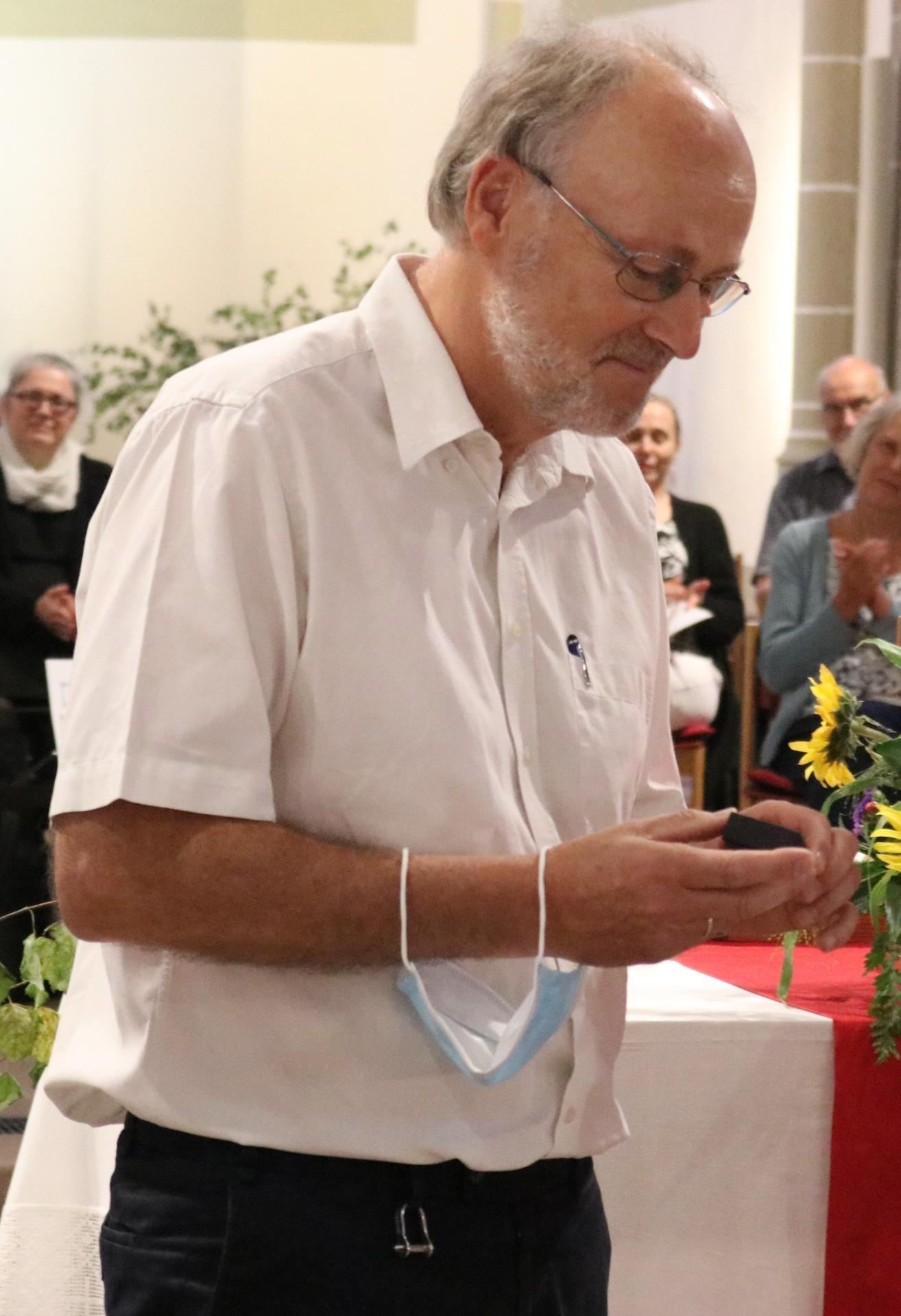 Sie zeichnete Christian Steigertahl mit dem Facettenkreuz der Landeskirche aus für sein Tun um die KIR