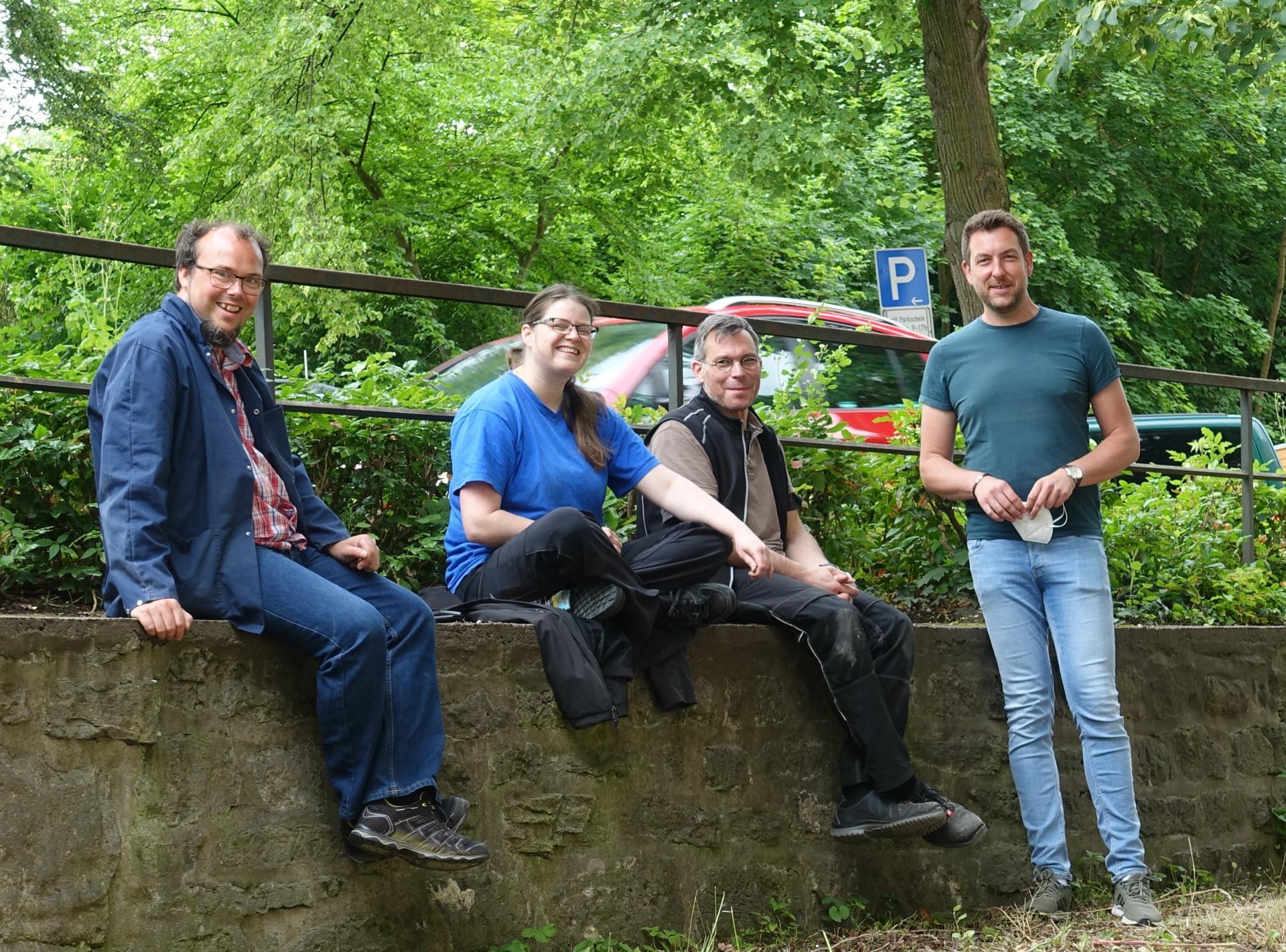 Mitarbeiterin und Mitarbeiter der Orgelbauerfirma mit Benjamin Dippel während sonniger Frühstückspause