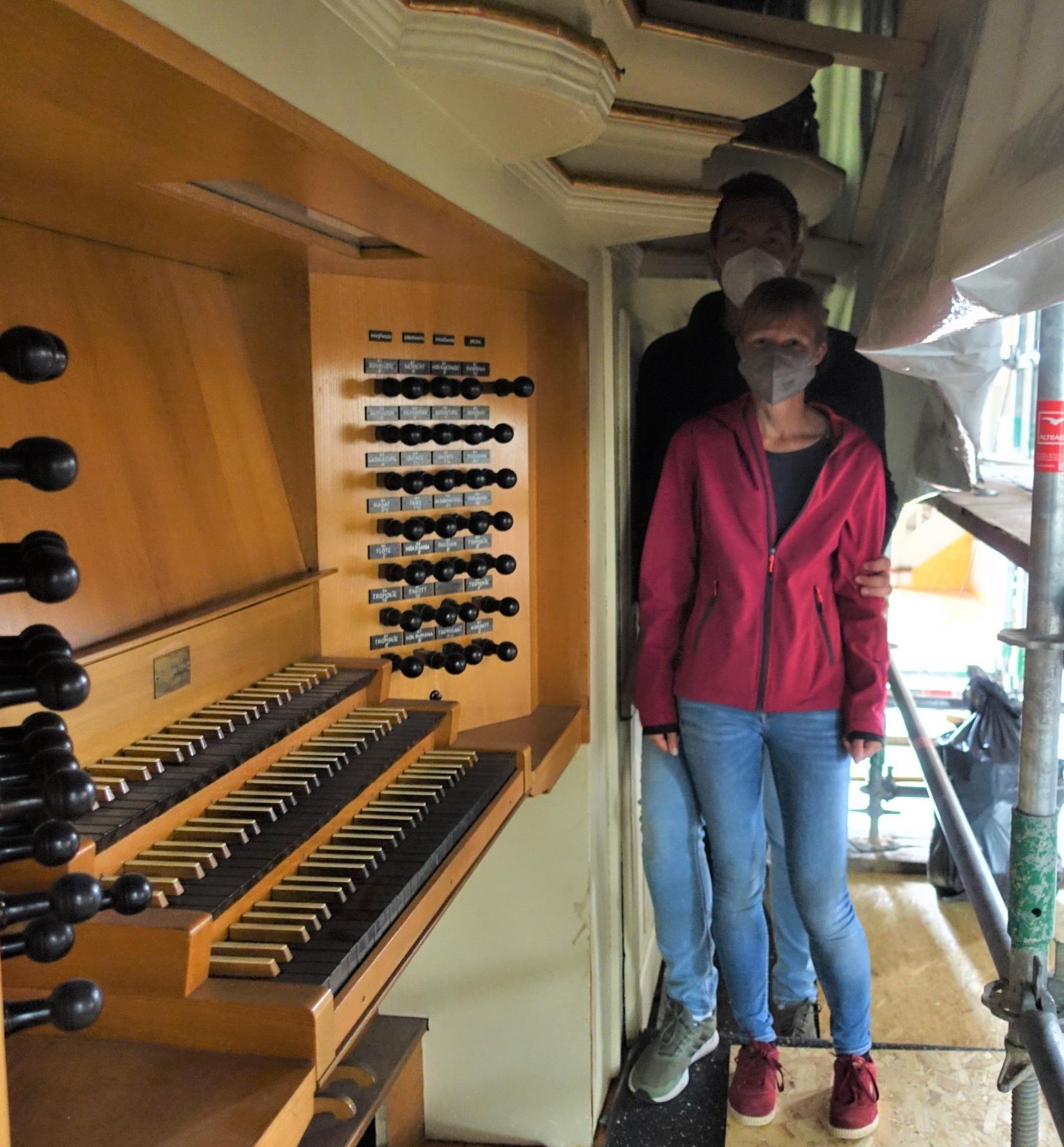 Meike Davids und Benjamin Dippel freuen sich auf das Wiedersehen und noch nicht spielen mit der Orgel und der Tastatur- auf der KEIN Staub lag!