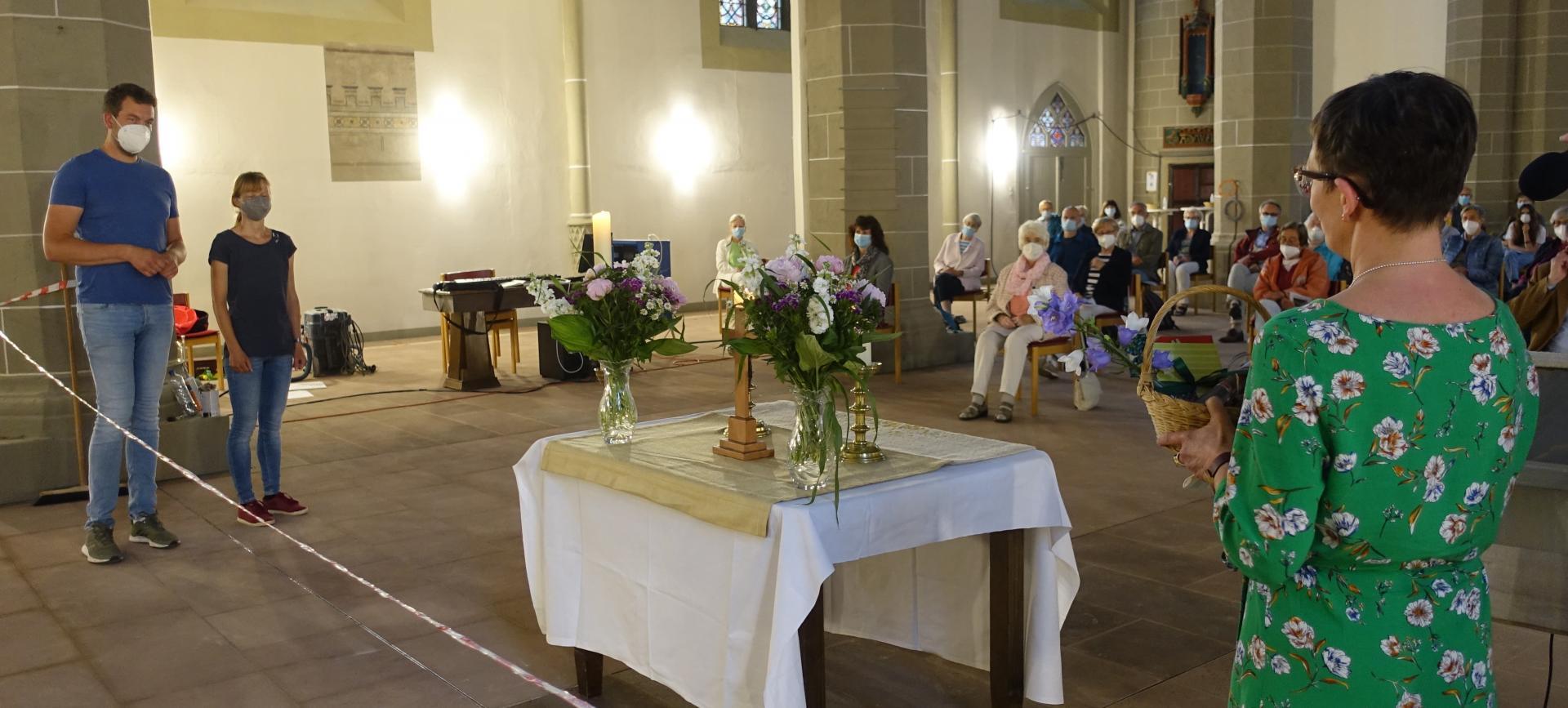 Rosi Leuze gratuliert zum Zehnjährigen bei uns im Namen des Kirchenvorstandes und damit im Namen der ganzen Kirchengemeinde und sicherlich auch im Namen der ganzen Stadt mit Umkreis.